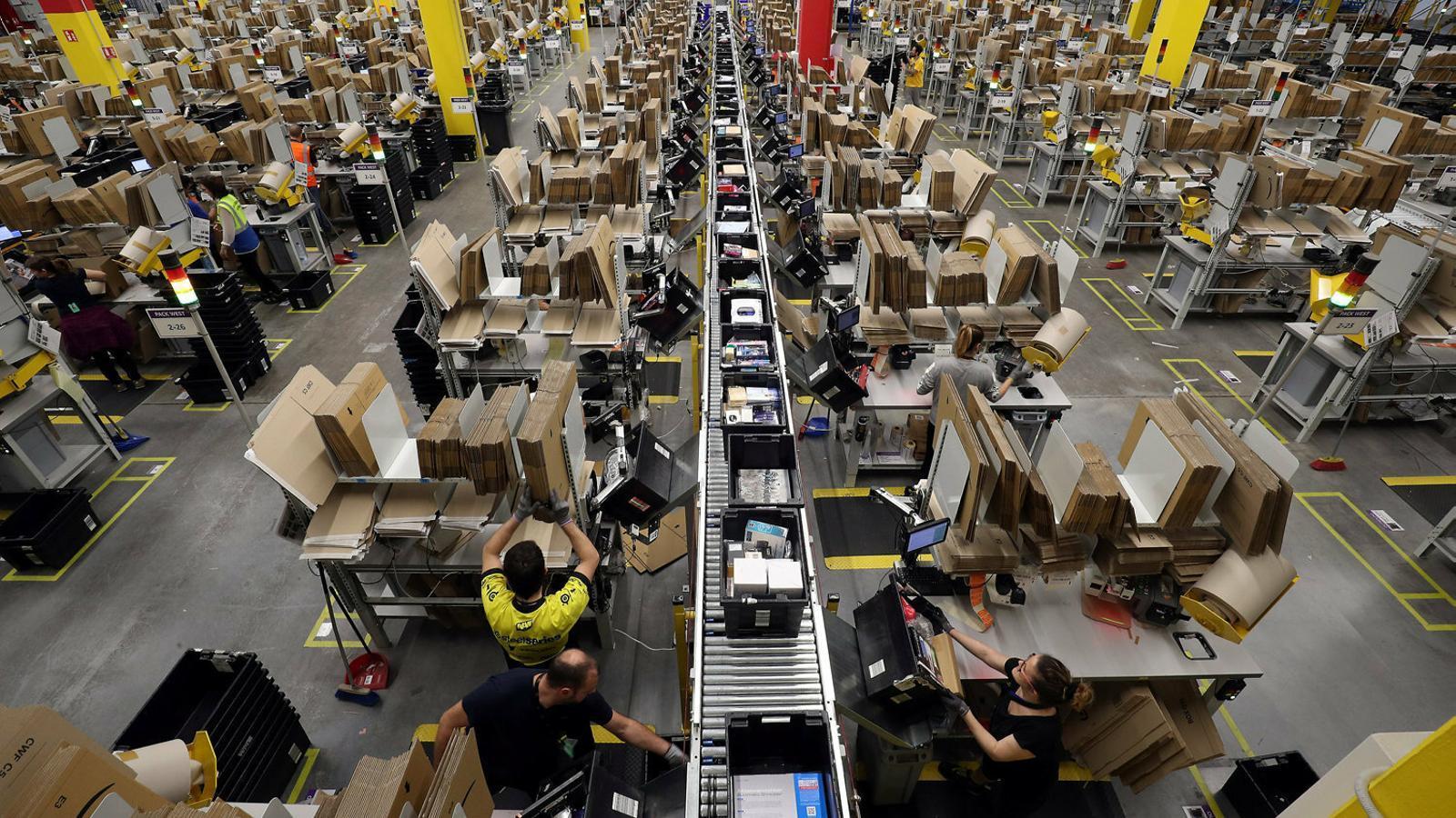 Treballadors al centre logístic que Amazon té al Prat de Llobregat, al Baix Llobregat.
