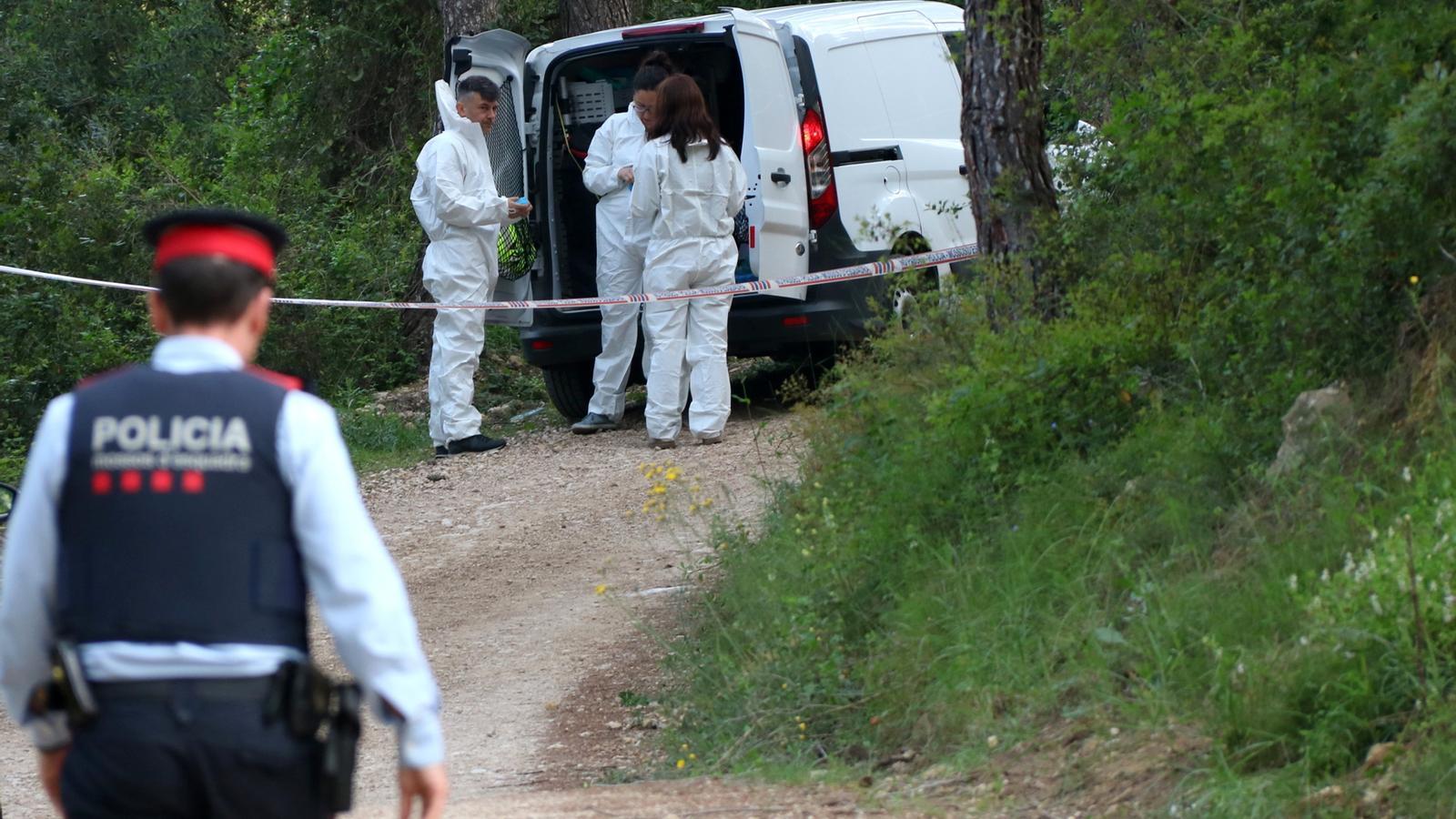La policia científica treballant a la vora del pantà de Foix, on es va trobar el cos calcinat