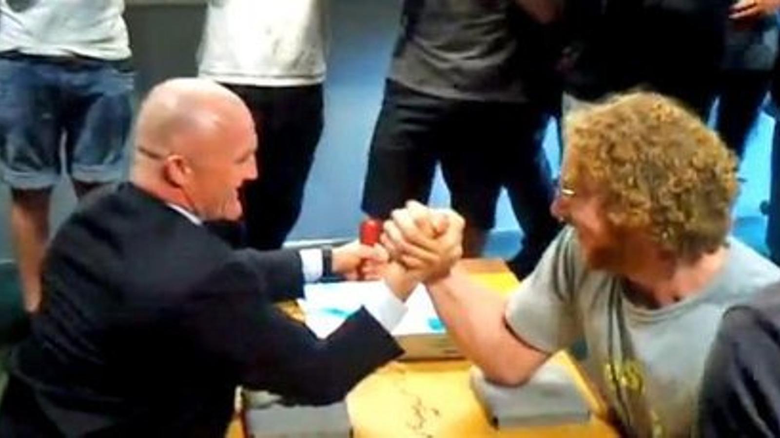 El millor guardaespatlles del primer ministre neozelandès, vençut per un estudiant en un pols