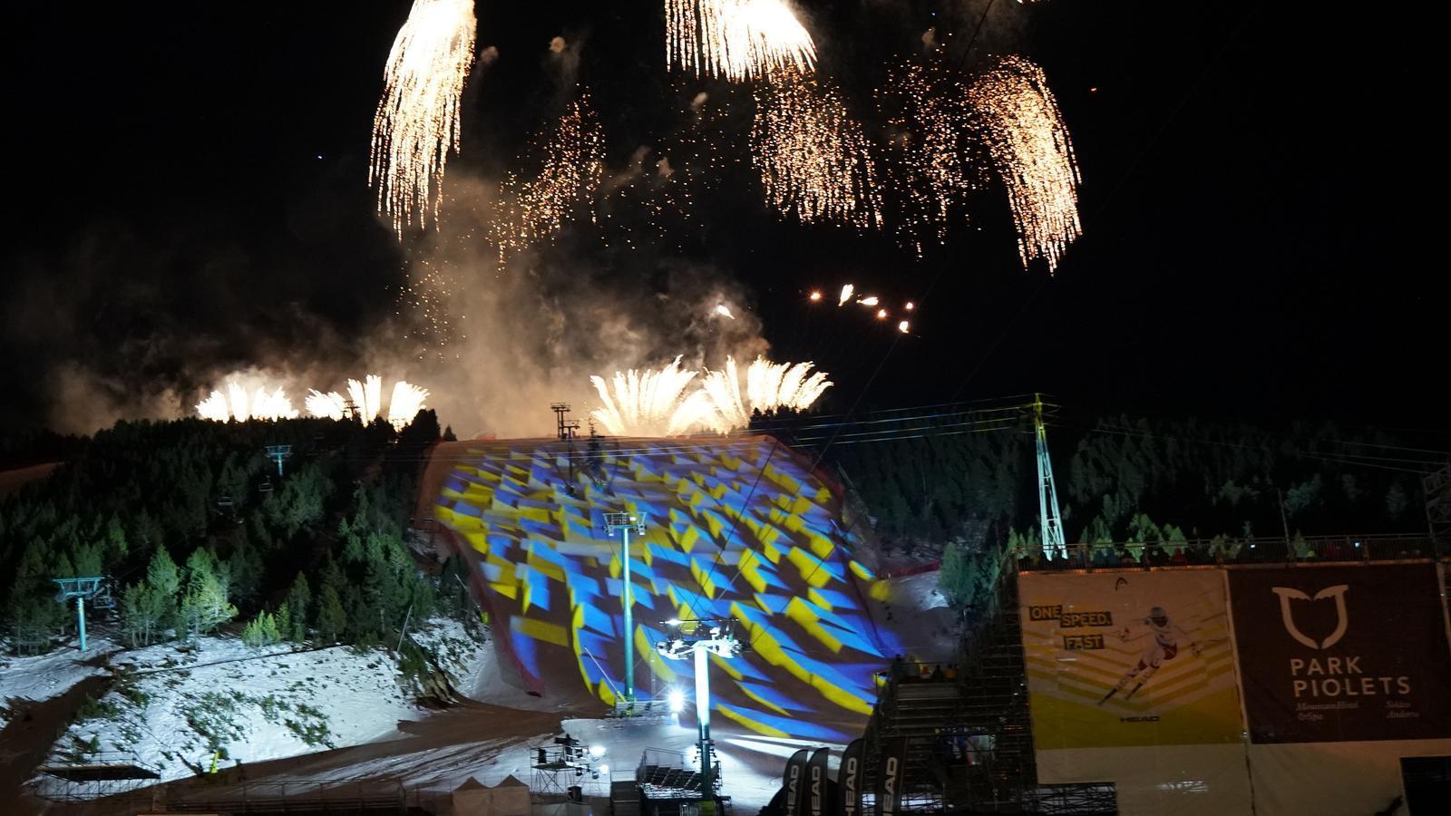 La  inauguració a la pista Avet  amb els fovs d'artifici / ORIOL MOLAS