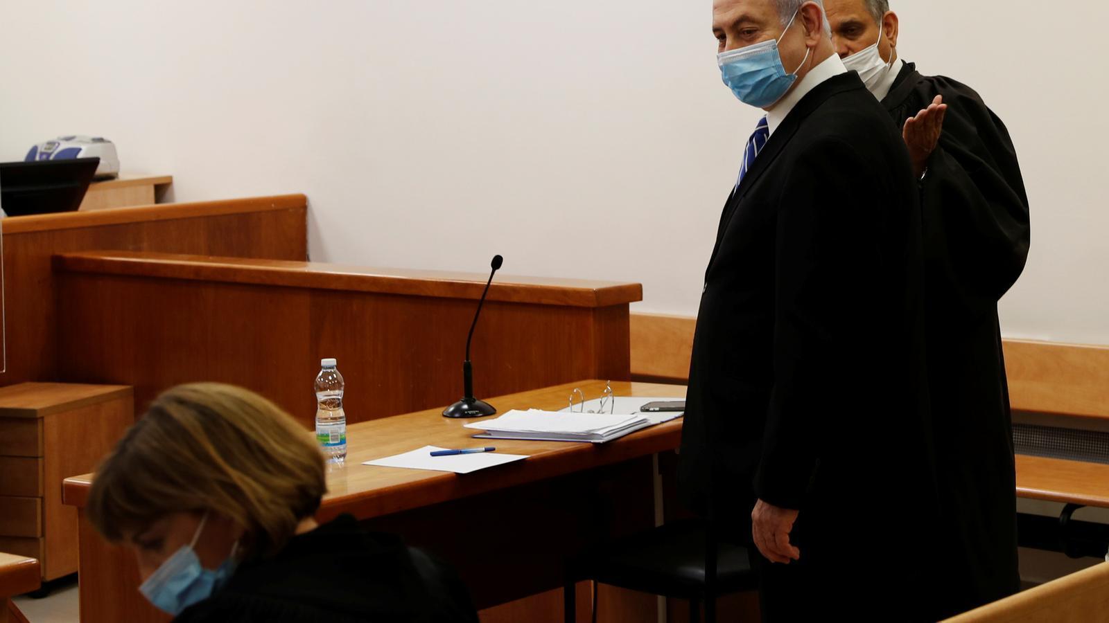 Netanyahu s'asseu al banc dels acusats en un judici històric