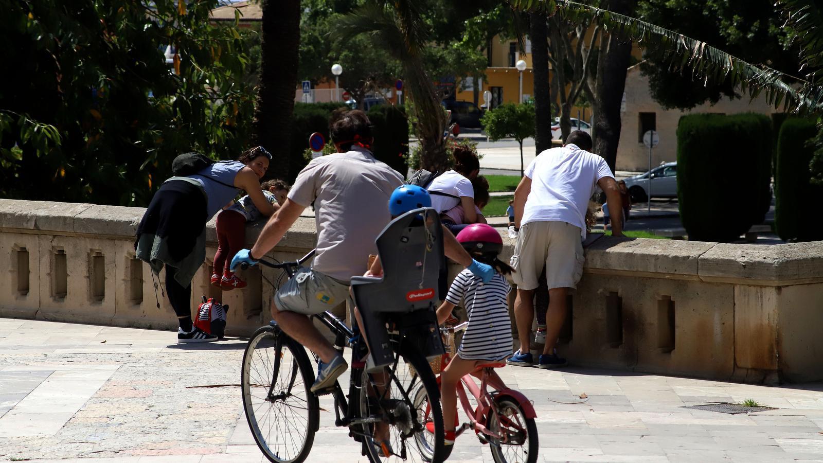 Famílies a Palma durant el primer dia de desconfinament dels menors de 14 anys