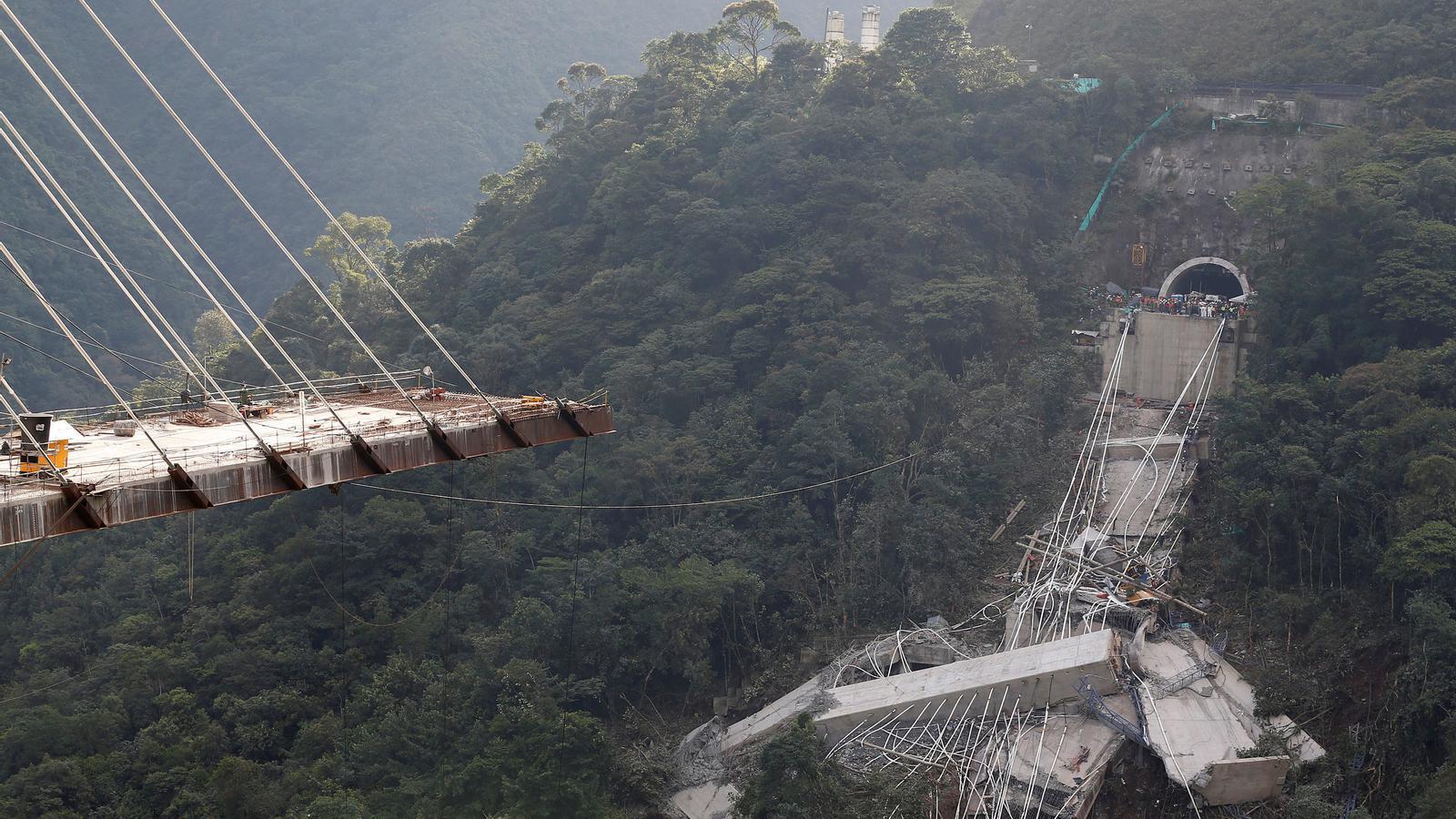 Imatge del pont caigut a Guayabetal, entre Bogotà i Villavicencio, en el que han mort 9 obrers