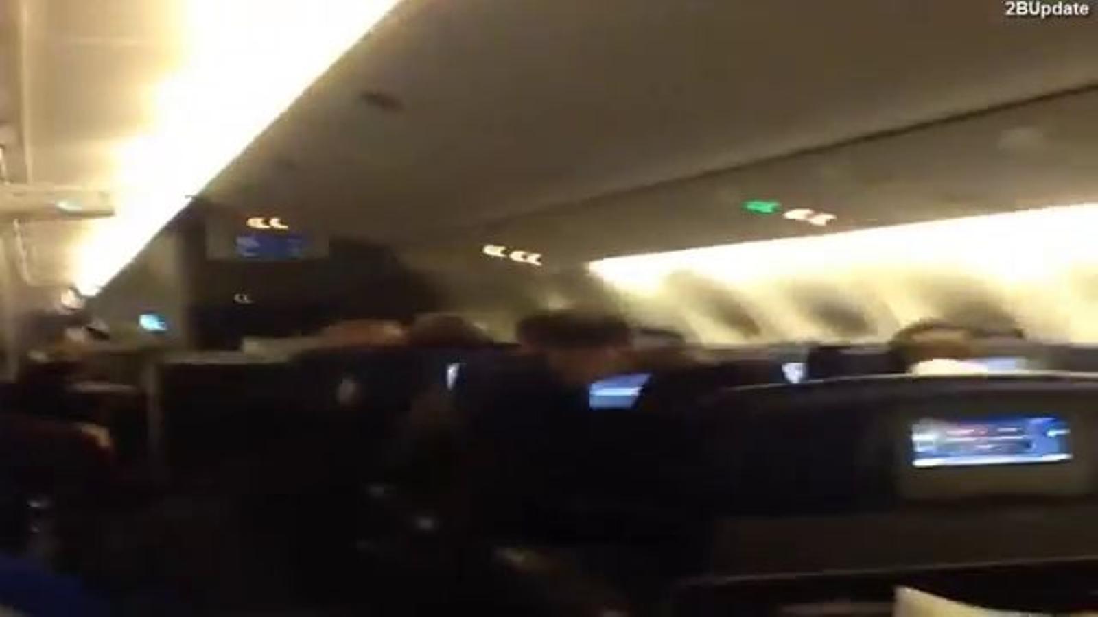 Aterratge entre crits: l'angoixa dels passatgers d'un vol afectat per violentes turbulències