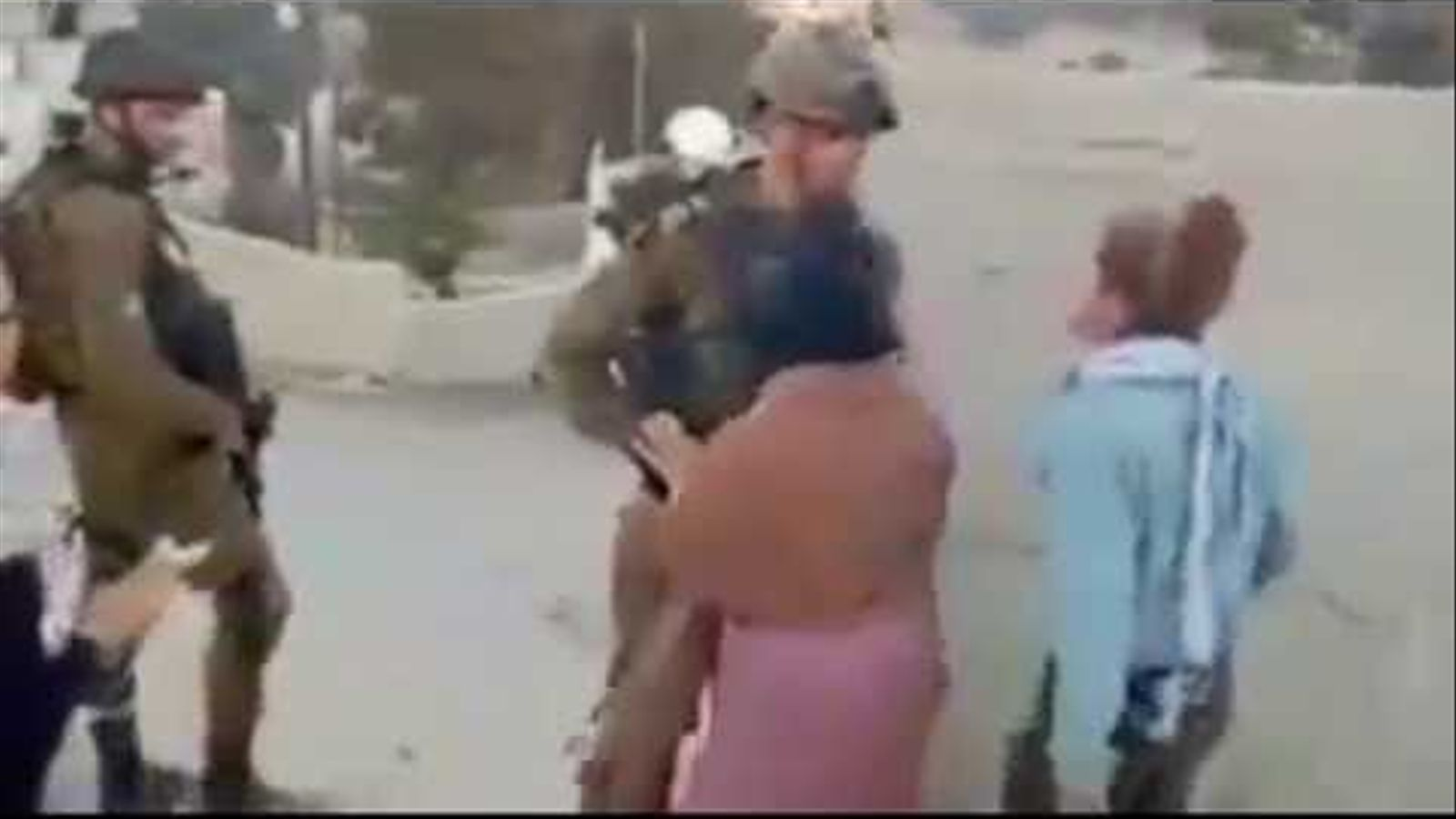 Ahed Tamini enfrontant-se als soldats isarelians.