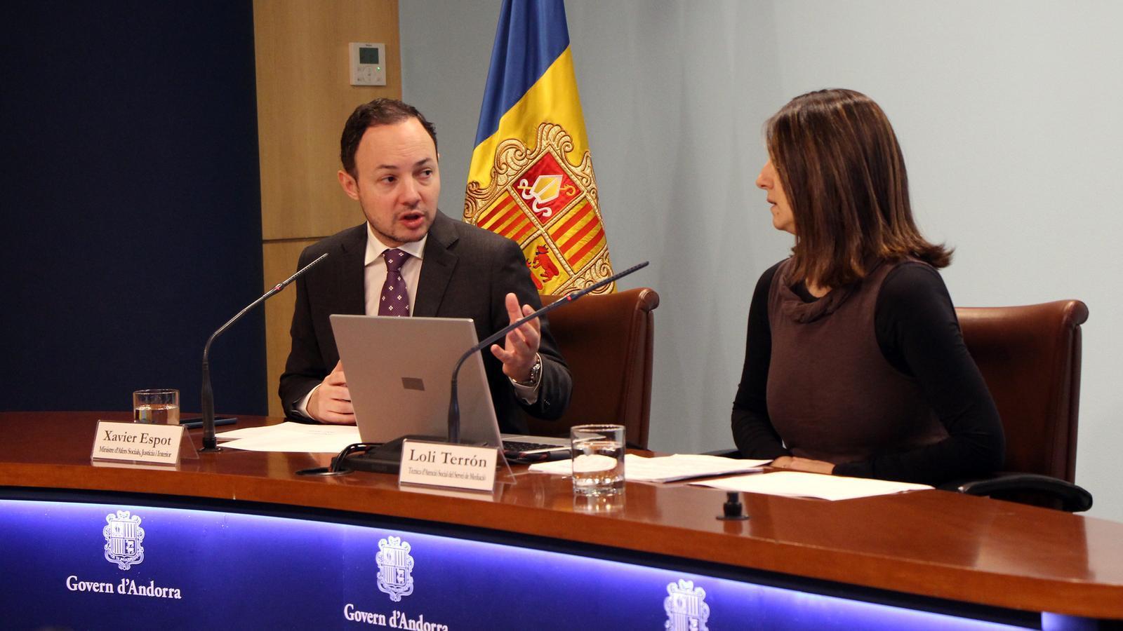 El ministre d'Afers Socials, Justícia i Interior, Xavier Espot, i la tècnica d'Atenció Social del servei de Mediació, Loli Terrón, presenten les dades sobre mediació del 2018. / C. G. (ANA)