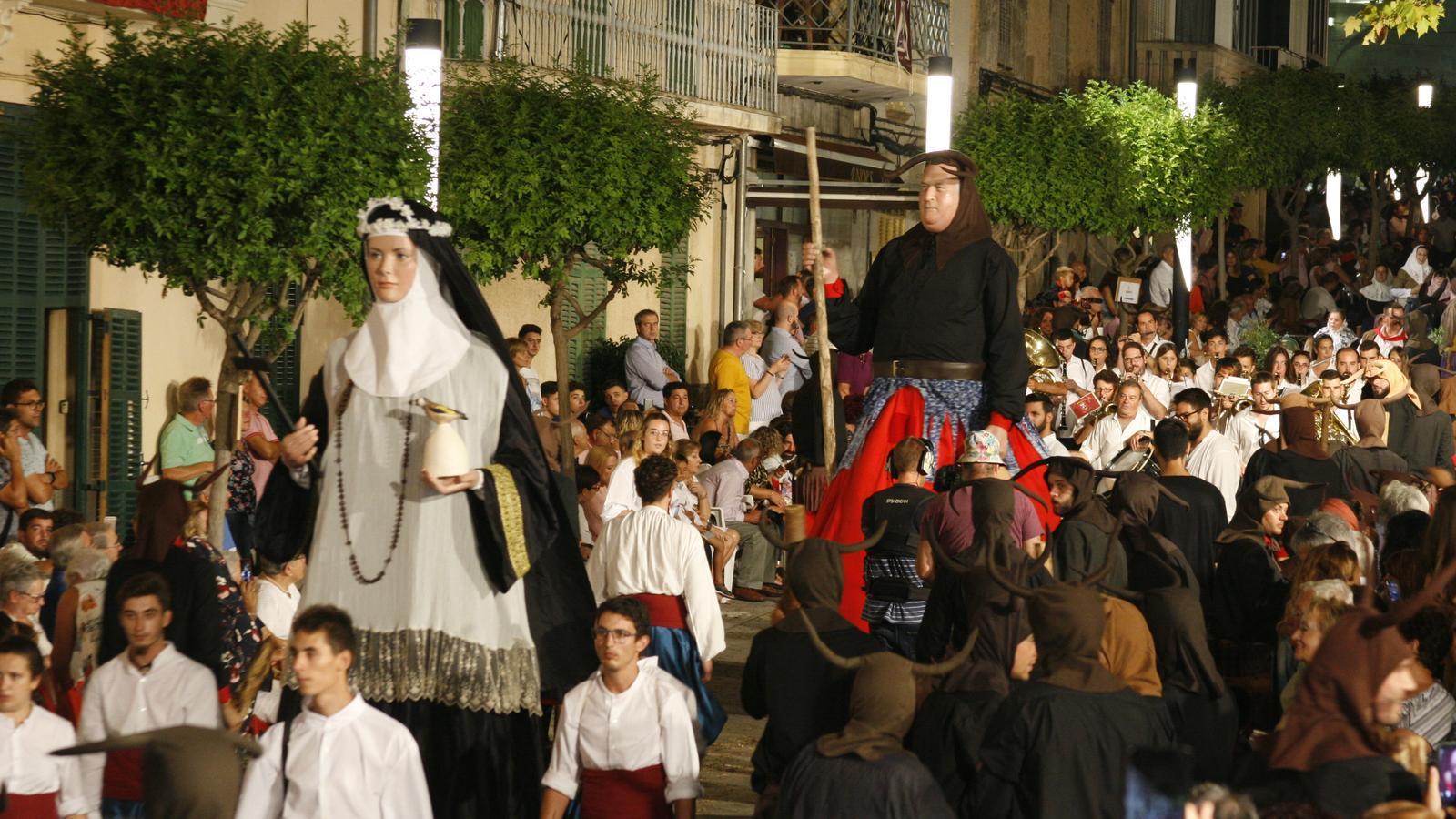 Els gegants amb les imatges més representatives de Santa Margalida han obert la desfilada.