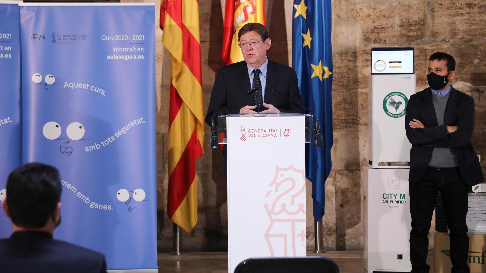 El president de la Generalitat Valenciana, Ximo Puig, i el conseller d'Educació, Cultura i Esport, Vicent Marzà, durant l'anunci de l'adquisició dels 8.000 purificadors