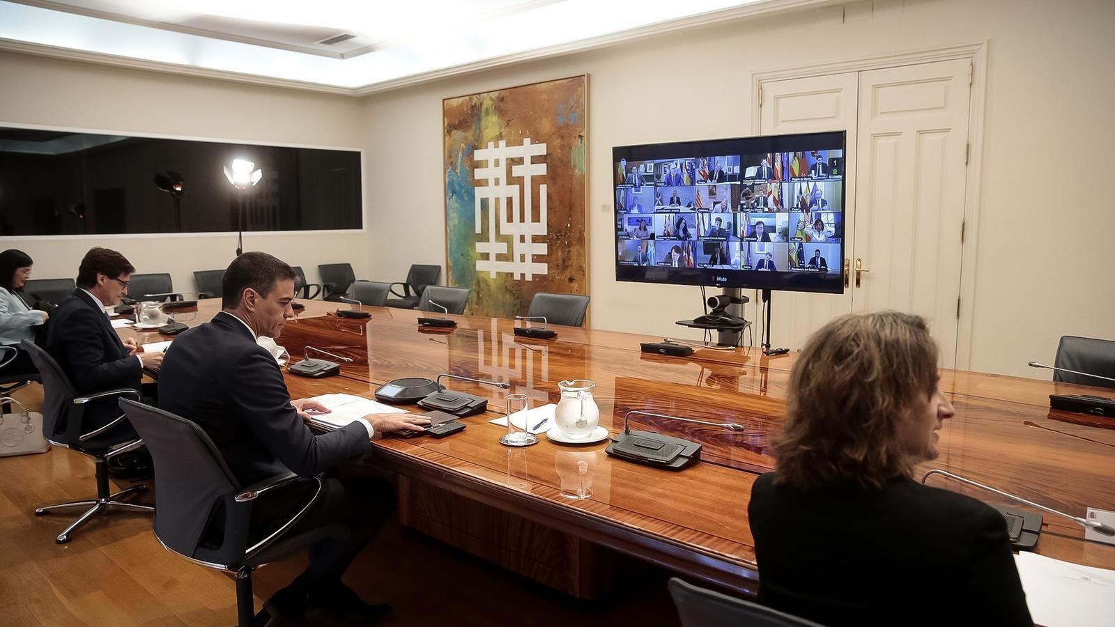 Pedro Sánchez amb part del seu equip durant la reunió de la conferència de presidents d'aquest diumenge, en una imatge difosa per la Moncloa arran de les restriccions imposades als periodistes per la crisi del coronavirus.
