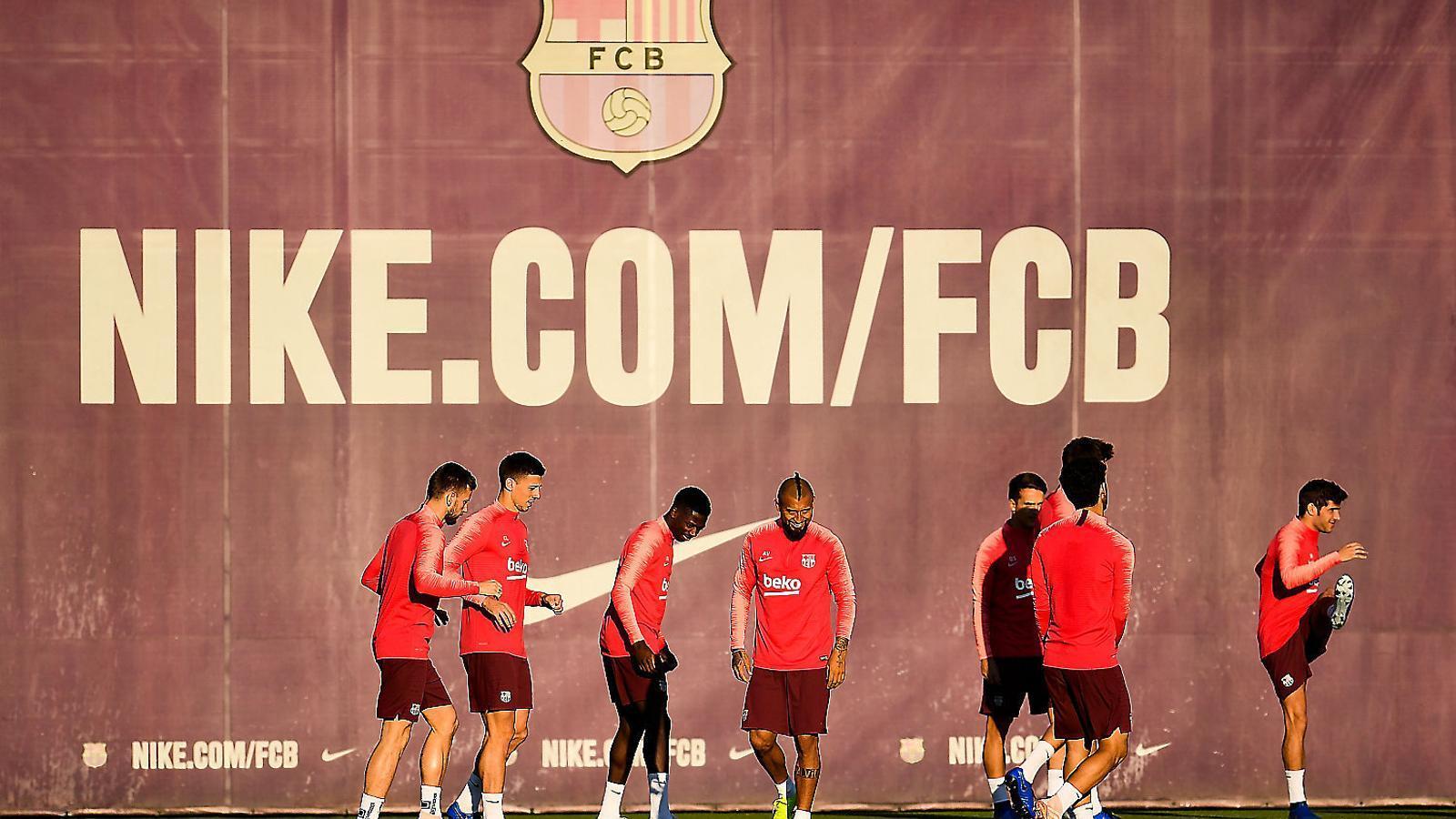 Ousmane Dembélé i Arturo Vidal, candidats a suplir en l'onze la baixa de Leo Messi, ahir durant l'entrenament del Barça.