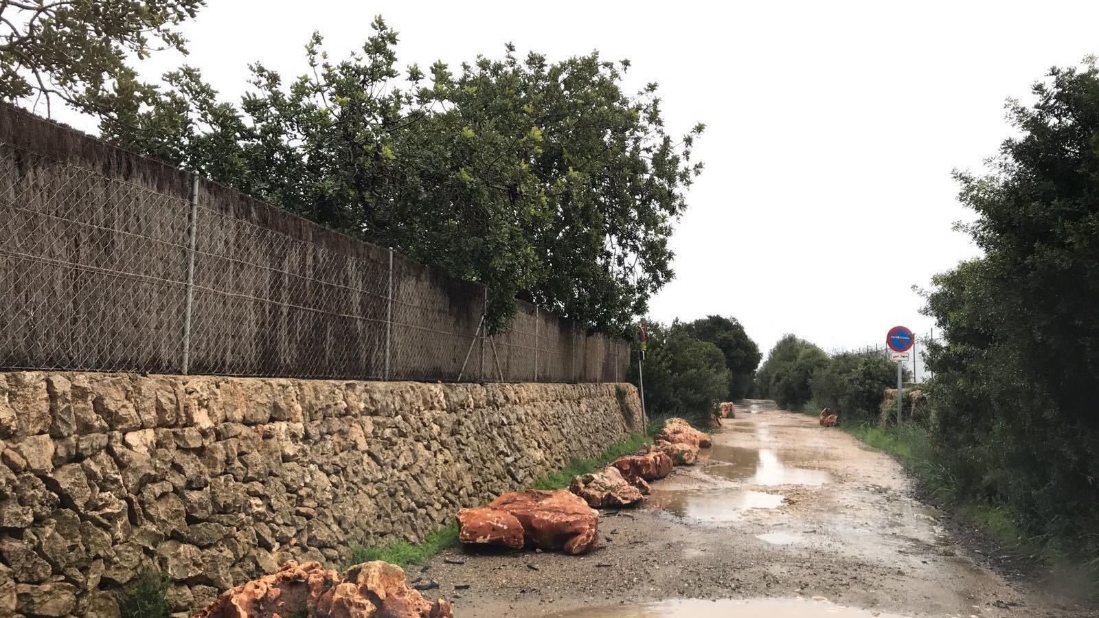El camí a Cala Varques està ple de pedragots perquè no es pugui estacionar, cosa que ja prohibeix l'Ajuntament.