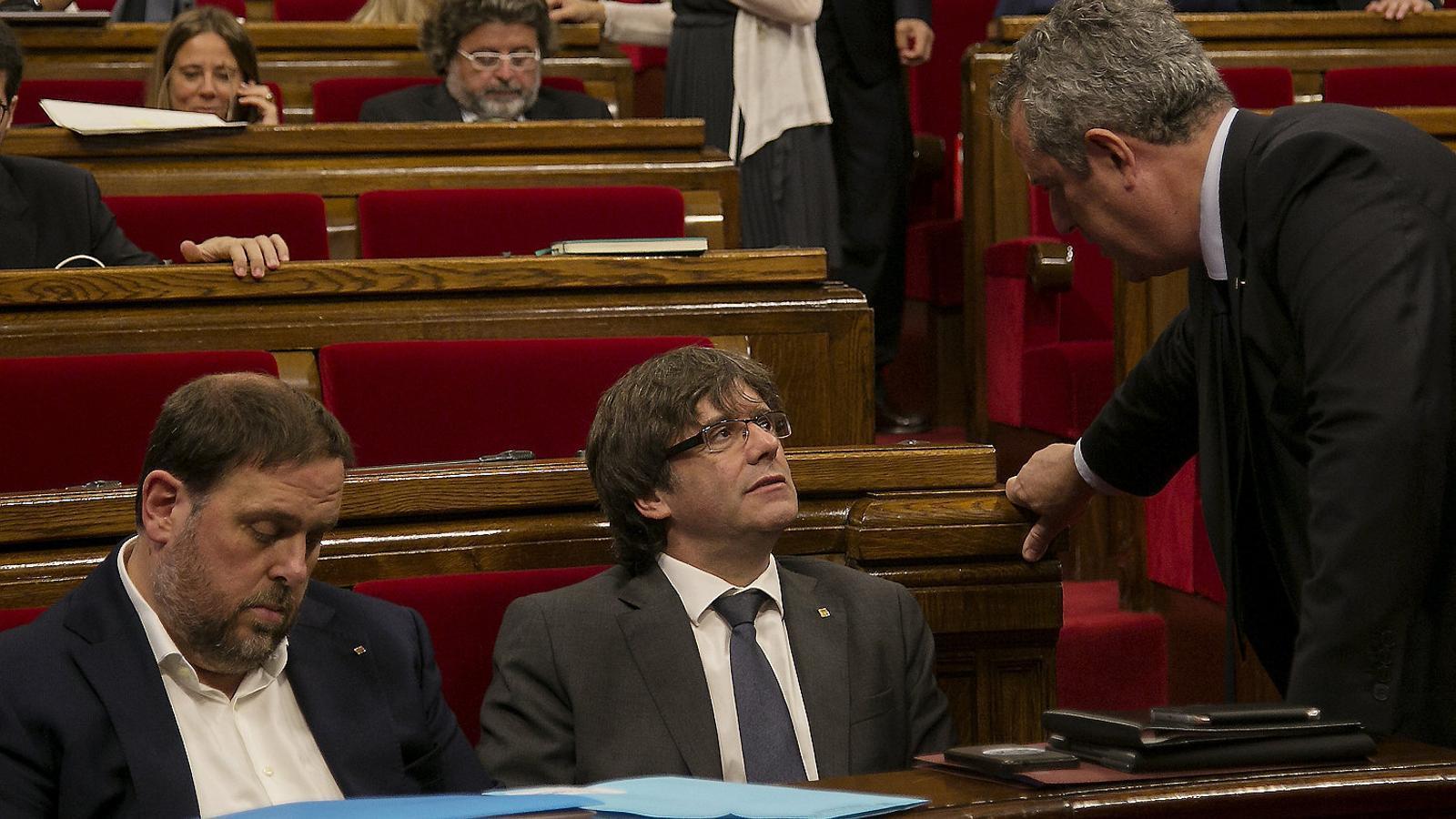 L'expresident Carles Puigdemont i l'exconseller Quim Forn parlant al Parlament en una imatge d'arxiu.