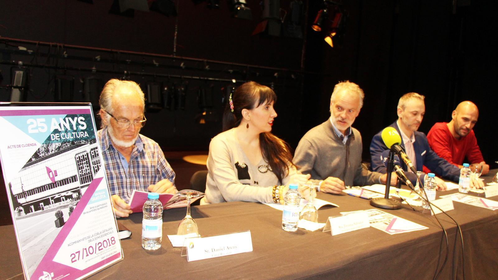 D'esquerra a dreta, Daniel Areny (Coral Rocafort); Jonaina Salvador (Associació Andorra Lírica); el conseller de Cultura lauredià, Josep Roig; Jaume Torra (Esbart Laurèdia) i Jordi Díaz (Colla Gegantera). / E. J. M. (ANA)