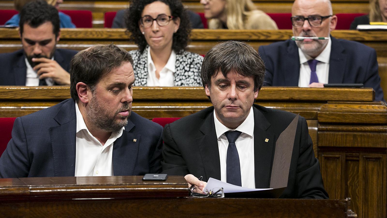 L'expresident Carles Puigdemont i l'exvicepresident Oriol Junqueras, en una imatge d'arxiu, al Parlament
