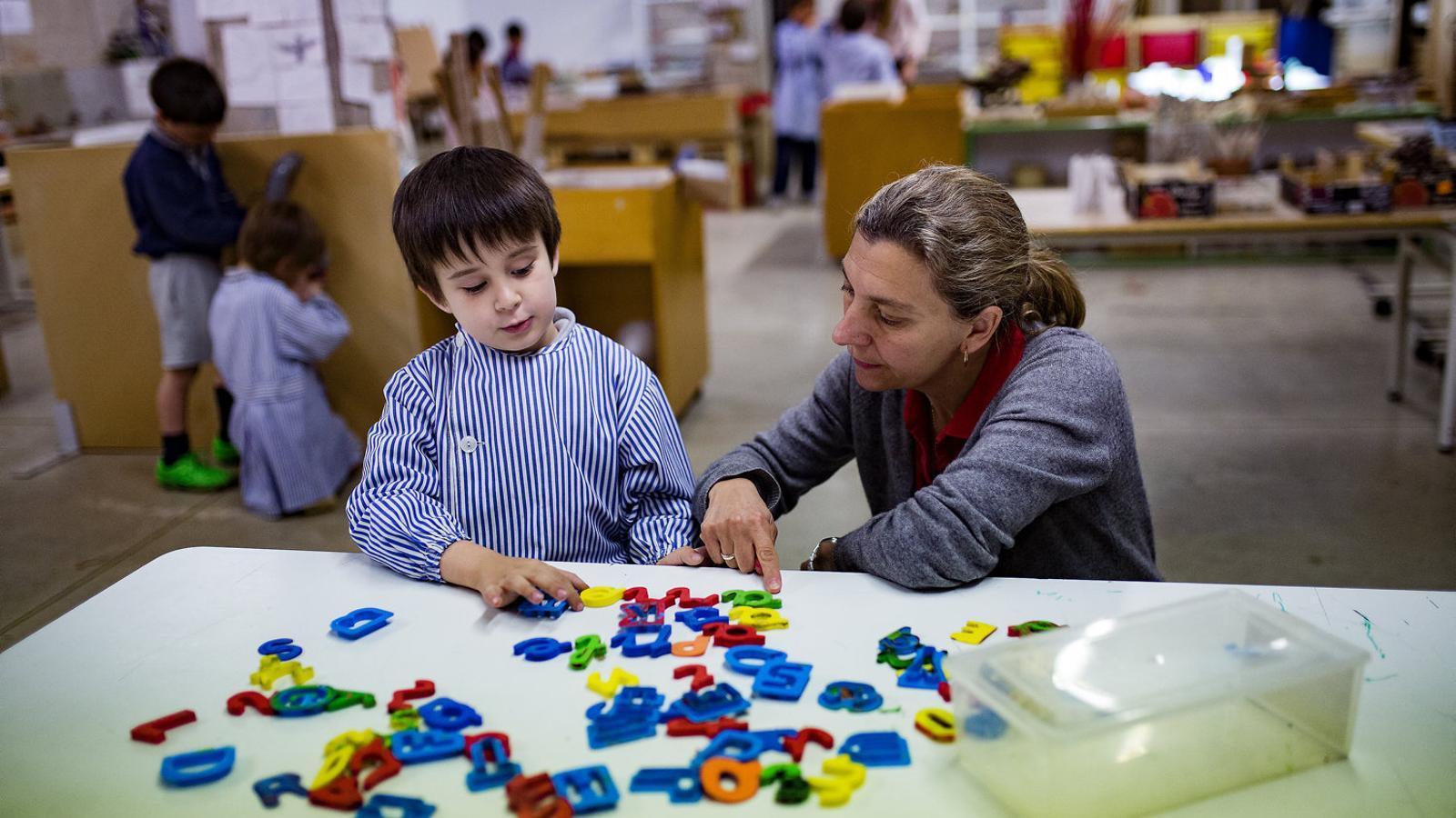 Un nin i una mestra, en una imatge d'arxiu