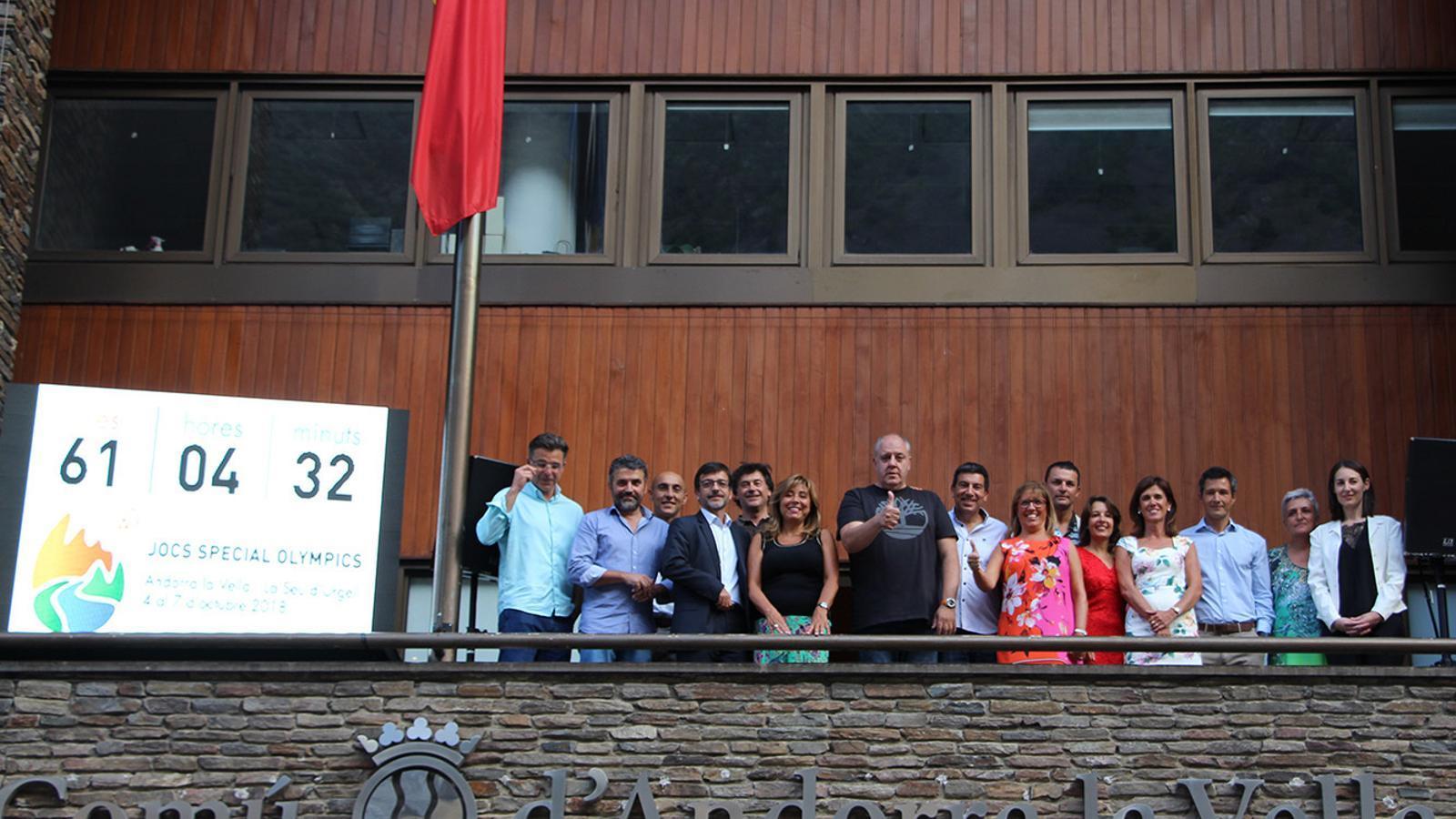 Fotografia de família de les autoritats i Carles Riba al balcó del comú d'Andorra la Vella. / M. F. (ANA)
