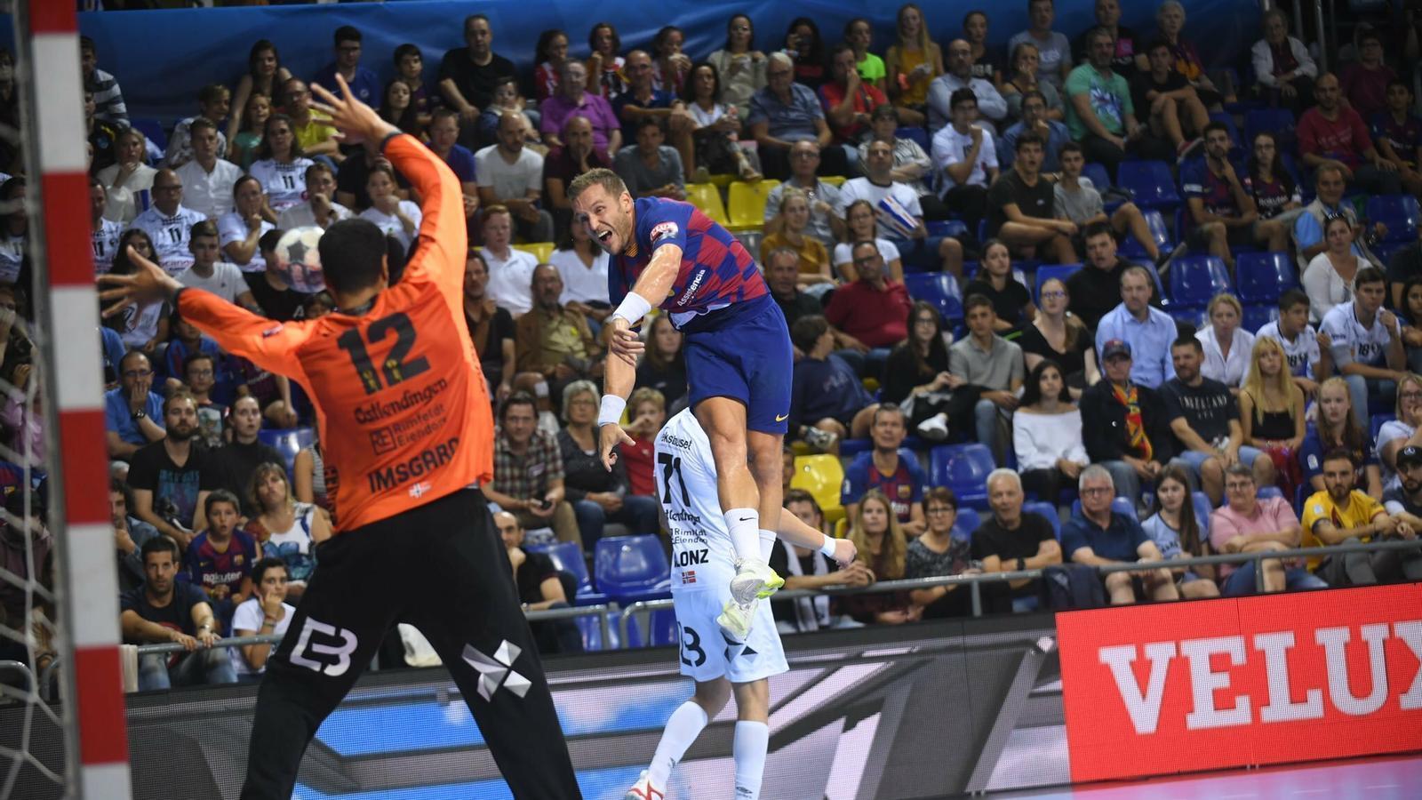 Víctor Tomás fa un gol contra l'Elverum