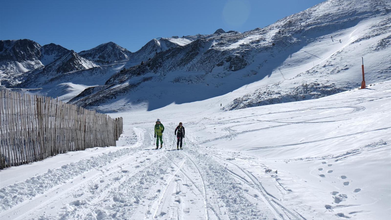Dos homes fent esquí de muntanya a les pistes de Grandvalira. / M.T.