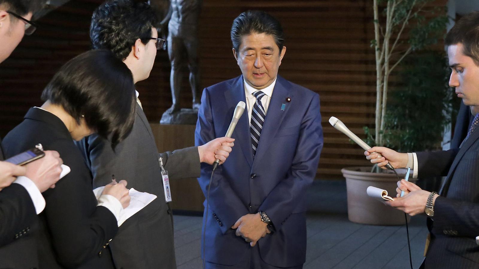 El primer ministre Shinzo Abe responent a les preguntes sobre l'escàndol de suposats favoritismes, ahir a Tòquio.