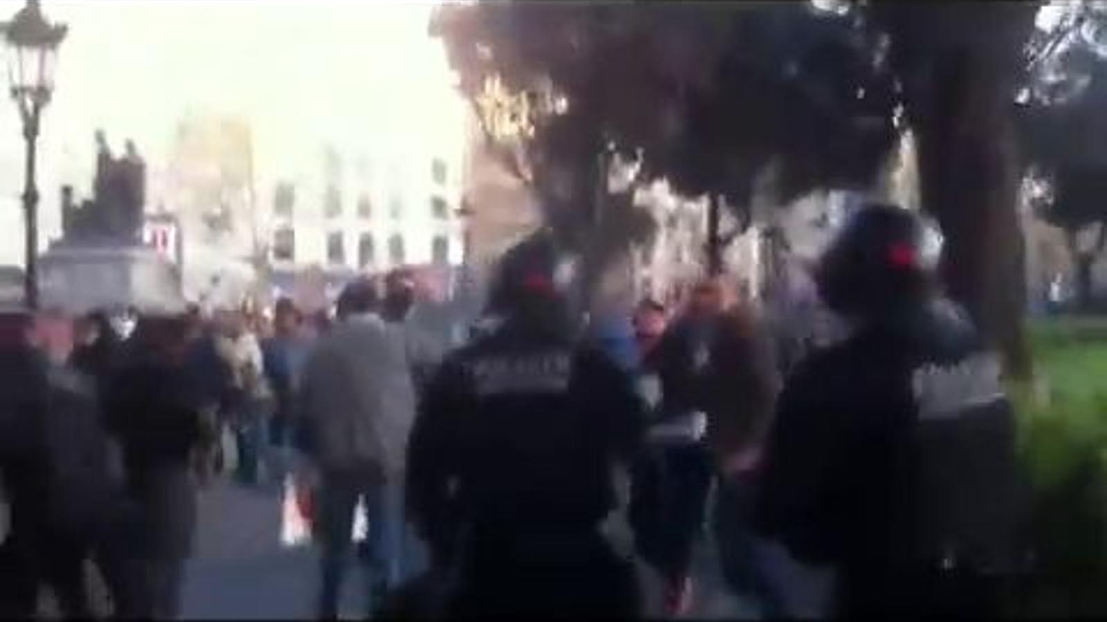 Càrrega dels Mossos a la plaça Catalunya durant la vaga general del 29-M