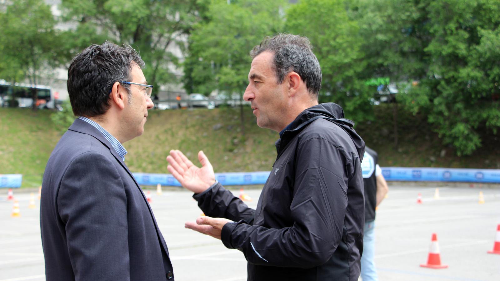 El cònsol menor d'Andorra la Vella, Miquel Canturri, conversa amb el secretari general de l'ACA, Antoni Sasplugas, durant el balanç de la campanya de seguretat viària. / C. G. (ANA)