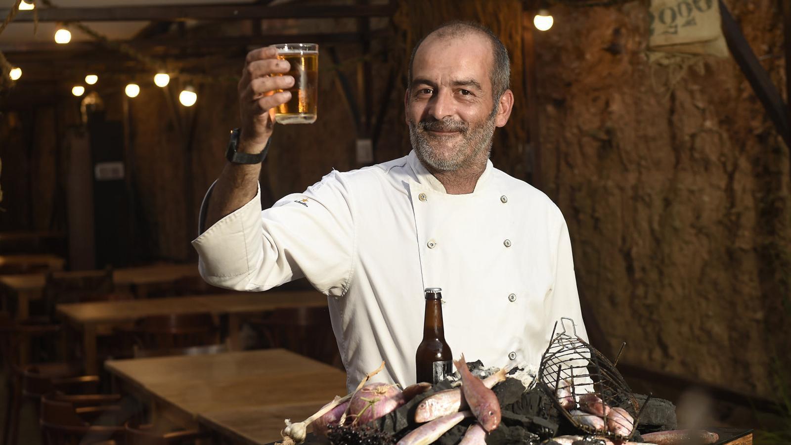 Albert Marimon, cuiner del restaurant La Cava, de Tàrrega, utilitza cervesa per elaborar diferents plats com la sípia amb verdura o els molls a la brasa.