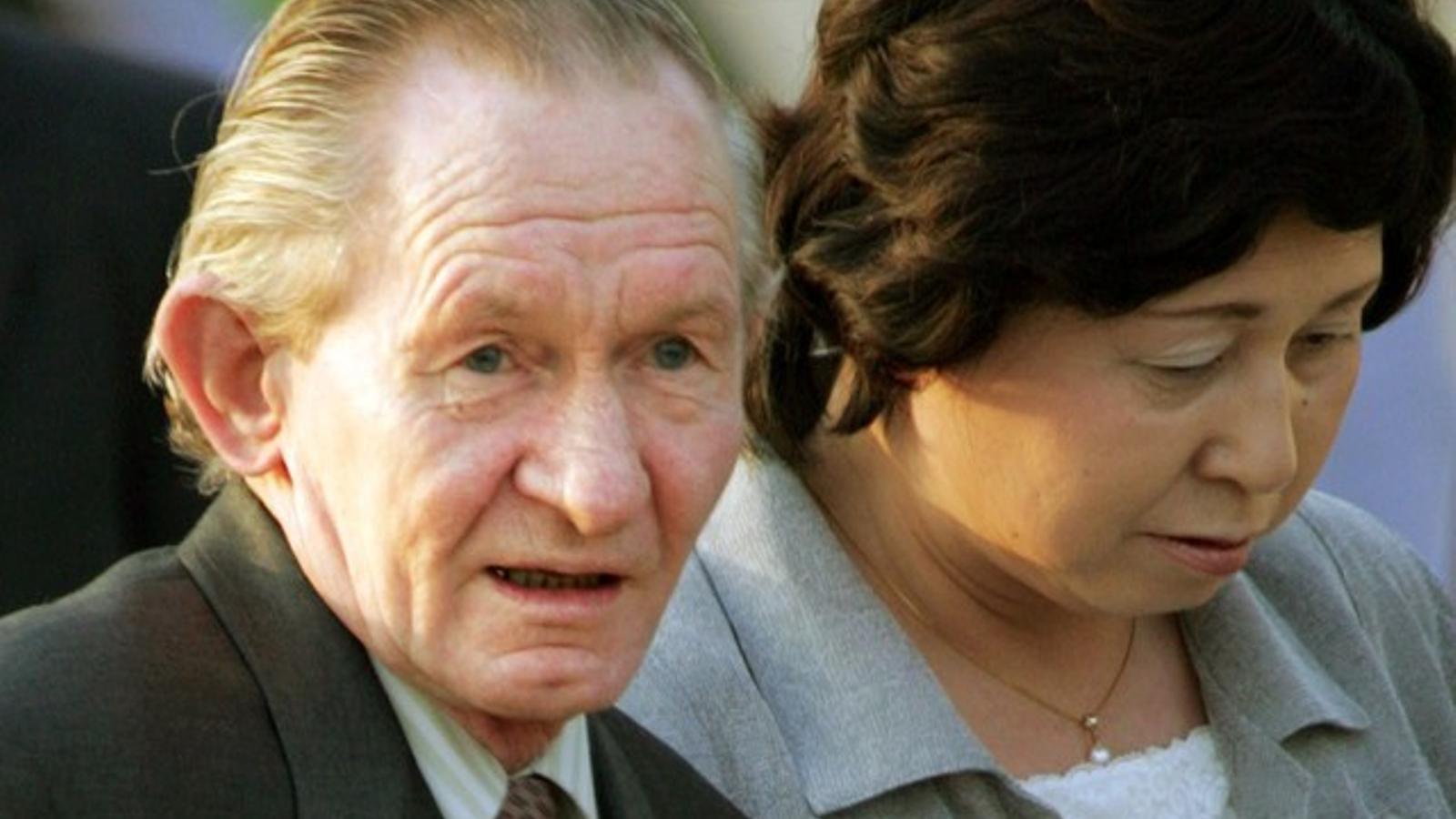 Charles Jenkins, militar dels EUA que va desertar als anys 60 a Corea del Nord, amb la seva esposa japonesa el 2004.
