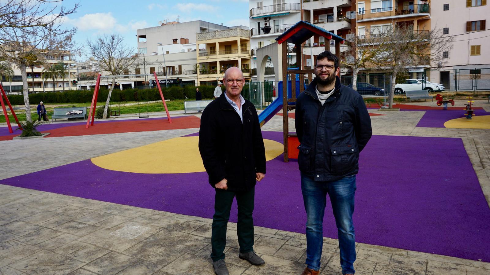El regidor Vives (esquerra) en un dels parcs que s'han reformat.