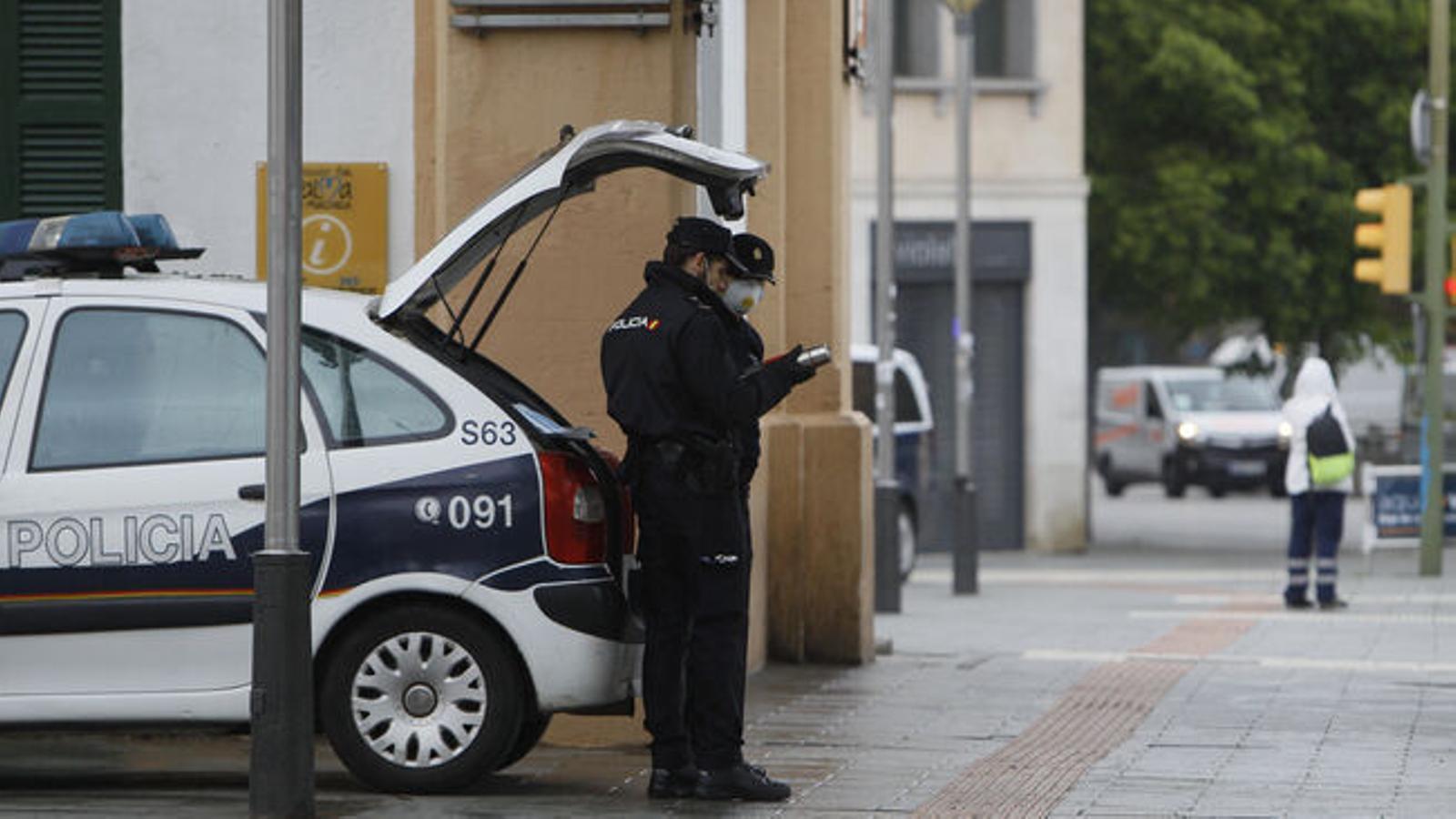 Agents de la Policia Local de Palma durant l'estat d'alarma. / ARA BALEARS