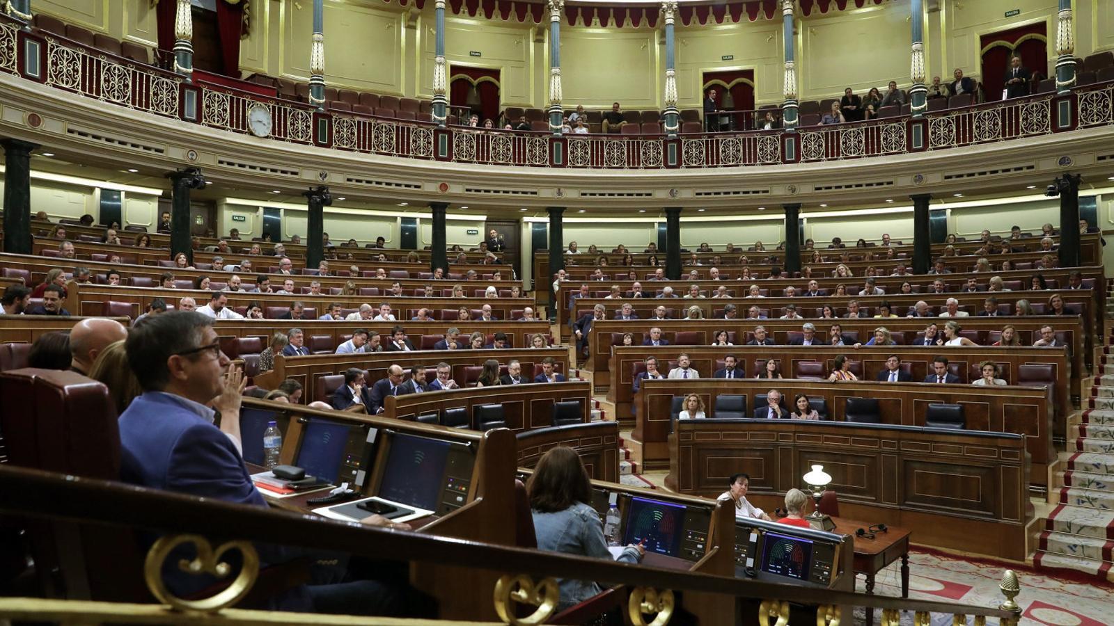 Vista general del Congrés de Diputats amb els diputats del PSOE en primer terme i els populars davant en una sessió plenària de la legislatura actual.