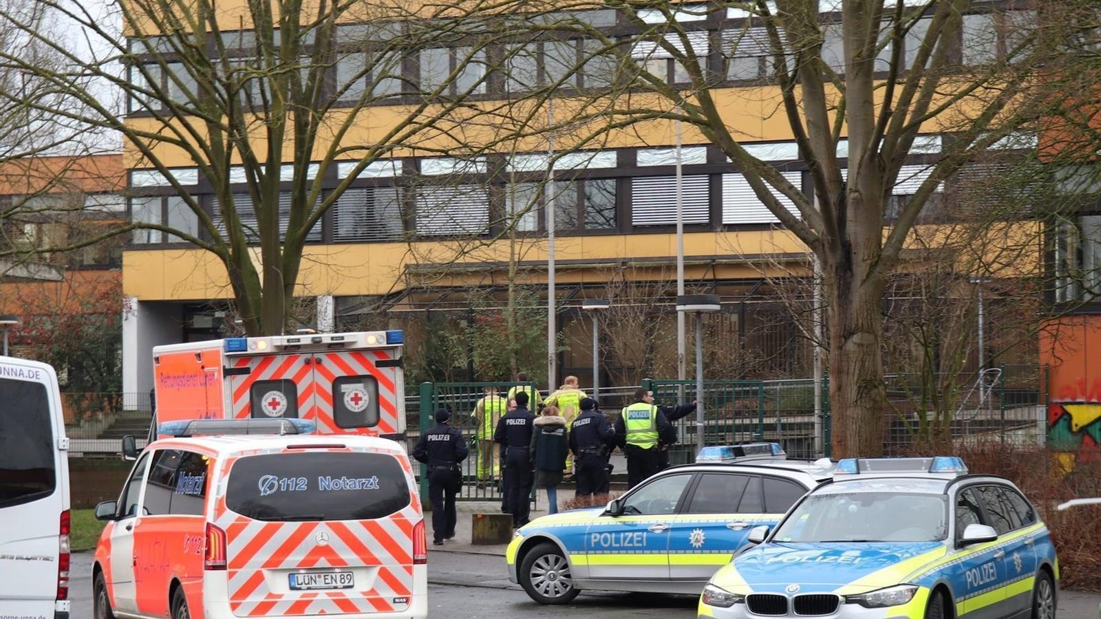 Ambulàncies i policies davant l'institut de Lünen.