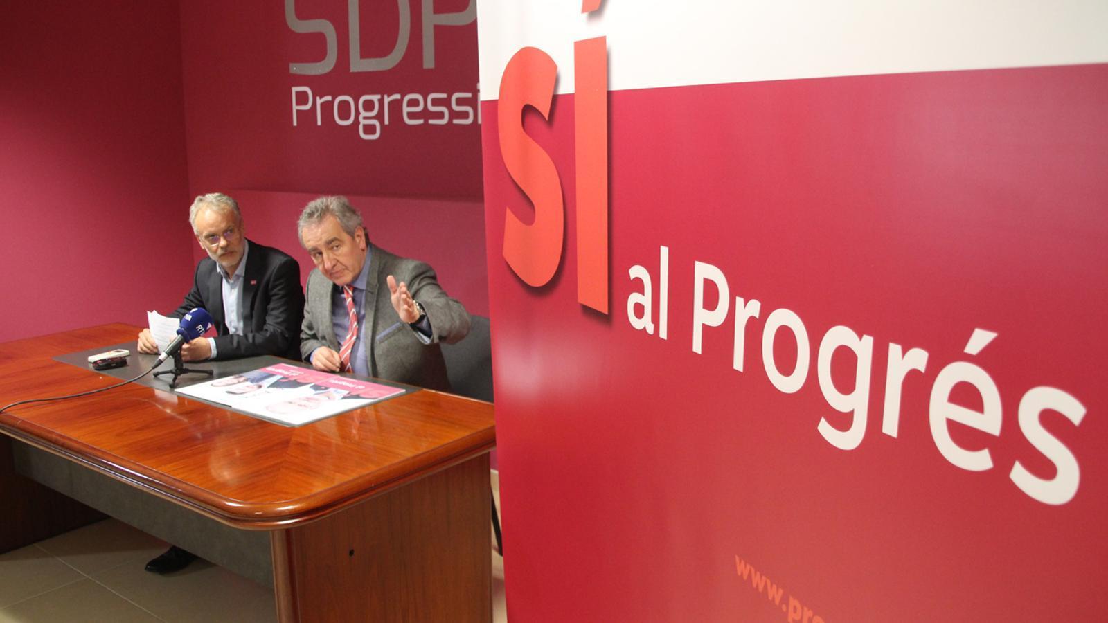 El president i el cap de llista de Progressistes-SDP, Jaume Bartumeu i Josep Roig, durant la roda de premsa celebrada aquest dimarts. / M. P.