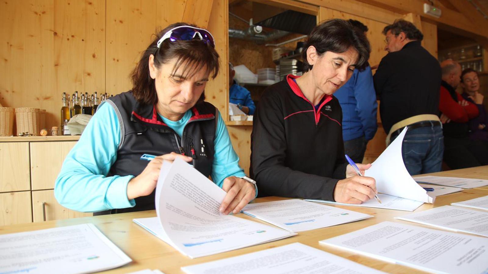 La presidenta de la comissió de gestió de la vall del Madriu i cònsol major d'Escaldes-Engordany, Trini Marín, i la presidenta de l'Entente Interdépartementale des Causses et Cévennes, Sophie Pantel, signen l'acord. / COMÚ D'ESCALDES-ENGORDANY