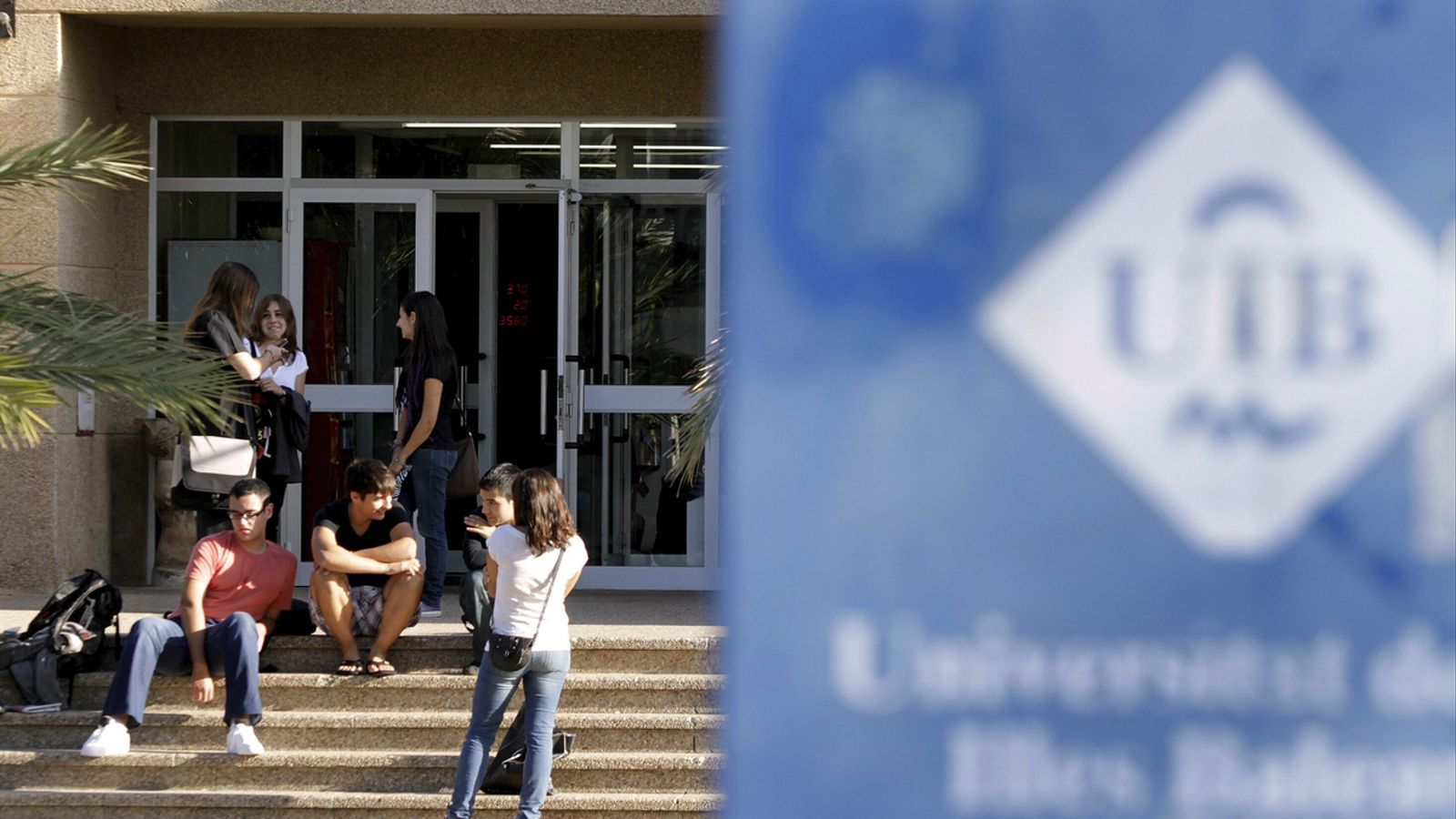 Alumnes al campus de la UIB