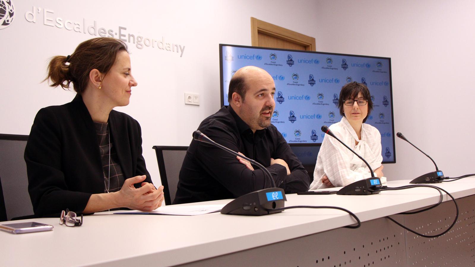 La cònsol major d'Escaldes-Engordany, Rosa Gili; el president del MoraBanc Andorra, Gorka Aixàs, i la directora d'Unicef Andorra, Marta Alberch, durant la presentació de la 6a edició del 'Champions for Unicef'. / M. P. (ANA)