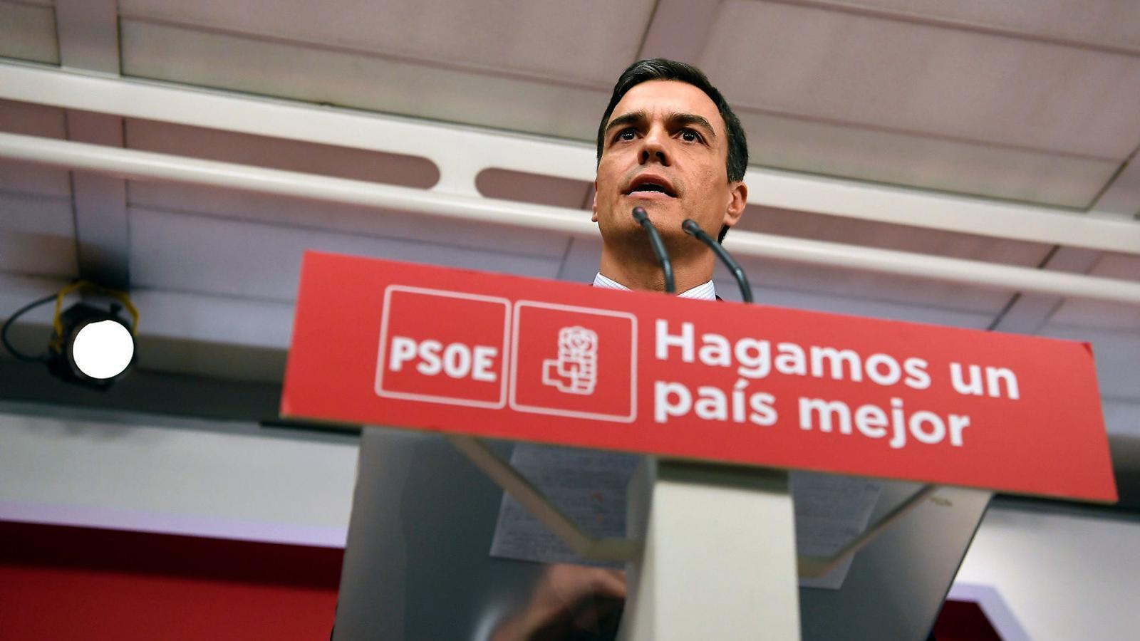 Pedro Sánchez ahir a la seu del PSOE.   A la dreta, Rajoy, que va parlar des de la Moncloa.
