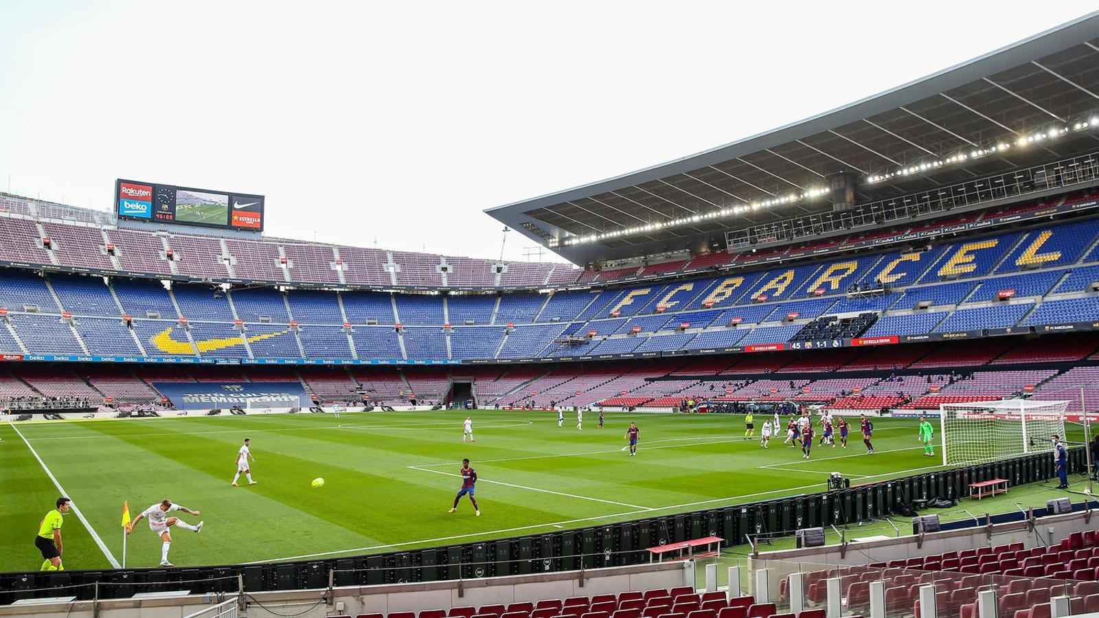 El Camp Nou sense aficionats durant el clàssic d'ahir.