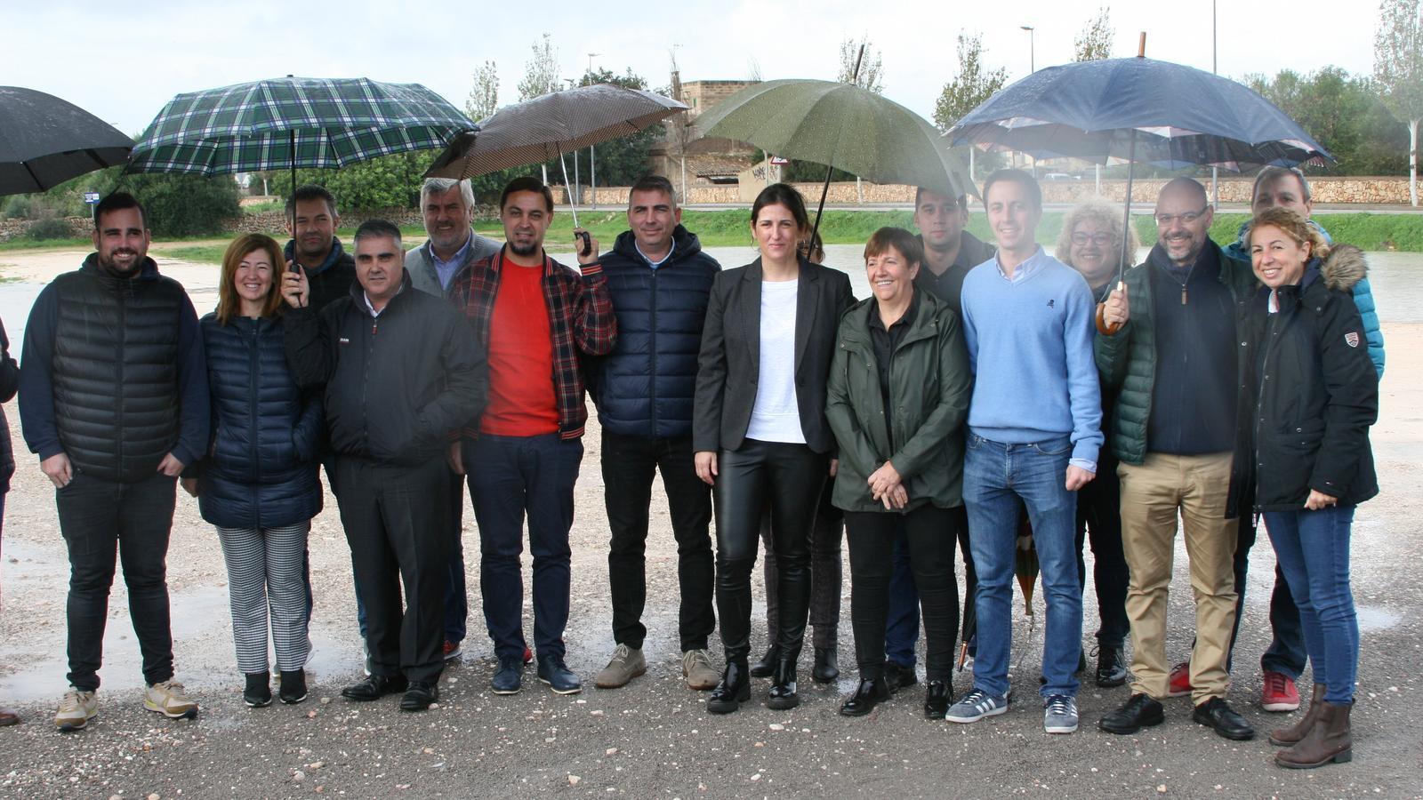 Els representants municipals en els terrenys cedits per l'Ajuntament de Santanyí al Consell.