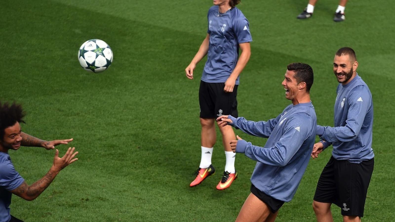 Cristiano Ronaldo somriu amb Benzema, Modric i Marcelo en l'entrenament previ al debut europeu