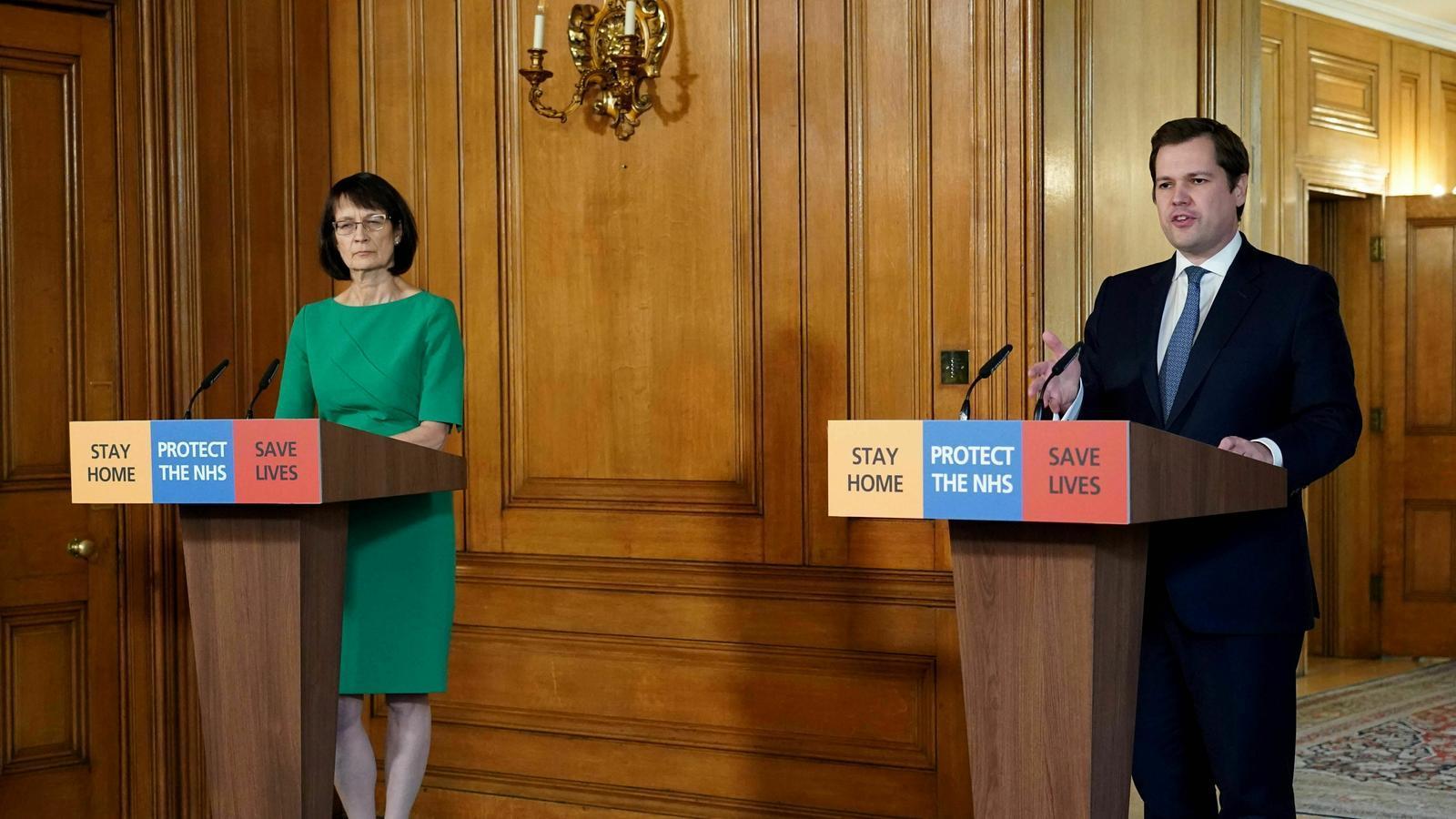 Jenny Harris, número 2 de Sanitat Pública del Regne Unit, i el ministre de l'Habitatge, Robert Jenrick , durant la compareixença d'aquest diumenge a Downing Street