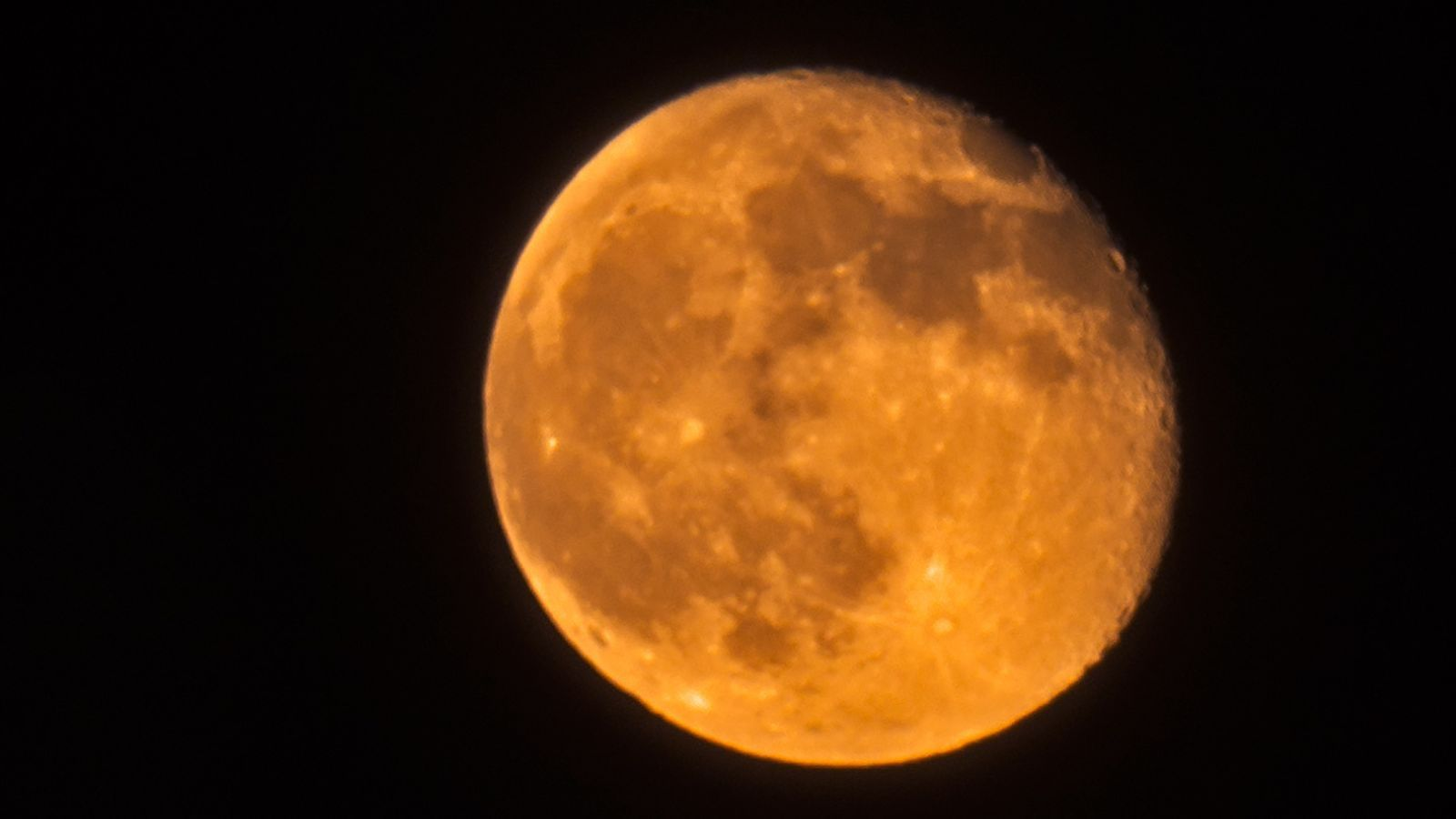 """""""Si tenemos suerte, veremos el nacimiento del Universo"""" Lluna-vista-Vic-CARME-MOLIST_2026007591_54255227_651x366"""