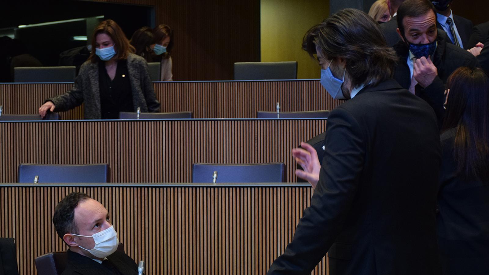 El cap de Govern, Xavier Espot, conversa amb el president del grup parlamentari demòcrata, Carles Ensenyat, moments abans de l'inici de la sessió. / M. F. (ANA)