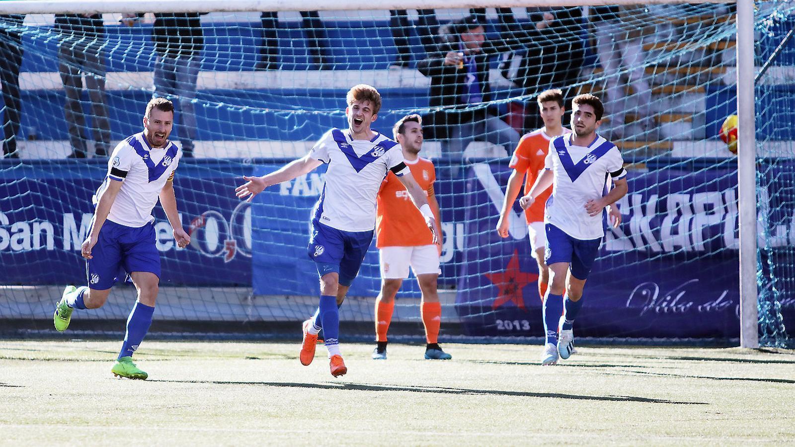 Sergi Pastells, al mig, celebrant un gol de l'Europa contra el Manresa.