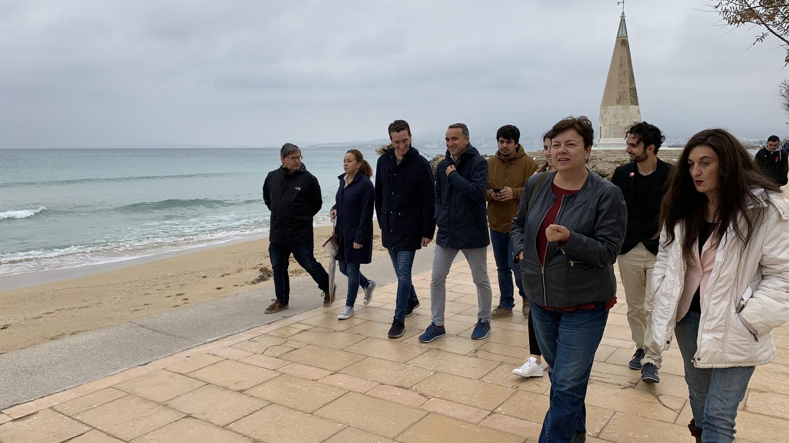 Els candidats del PSIB Susana Moll i Pere Joan Pons amb el seu equip al Molinar