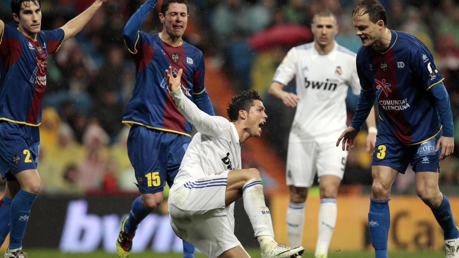 Cristiano Ronaldo reclama una falta, davant la mirada despectiva dels jugadors  del Llevant Asier del Horno i David Cerra. / SUSANA VERA / REUTERS