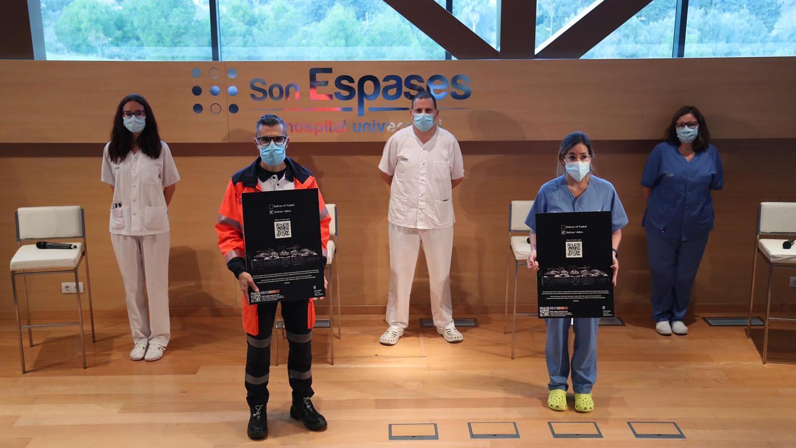 Sanitaris de Son Espases, durant la presentació del vídeo del Govern 'Salvem el Nadal? Salvem vides'.