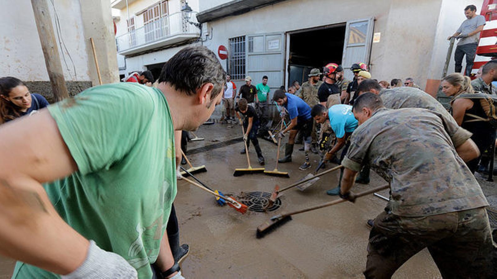 Efectius i voluntaris fan feina en les tasques de neteja i reparació al municip de Sant Llorenç