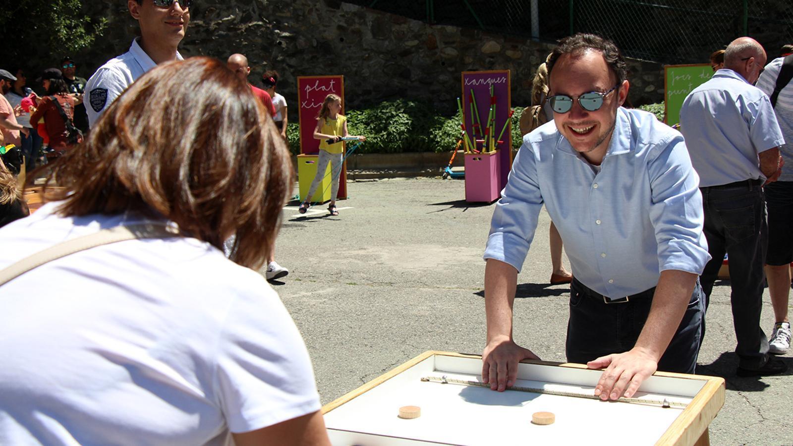 El cap de Govern, Xavier Espot, comparteix uns instants d'oci amb la cònsol major d'Escaldes-Engordany, Trini Marín. / M. M. (ANA)