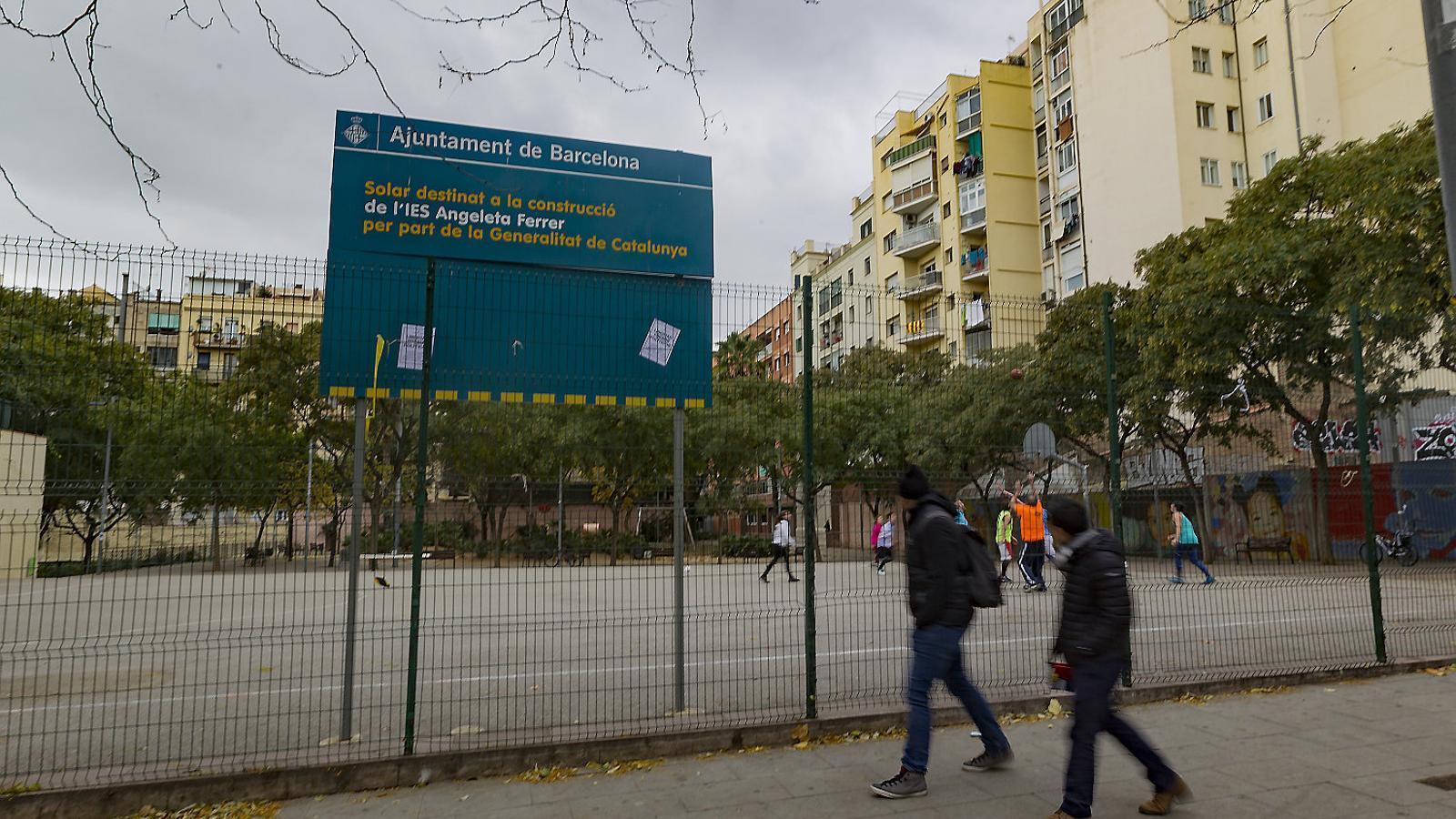 El solar on es construirà l'edifici definitiu de l'Institut Angeleta Ferrer