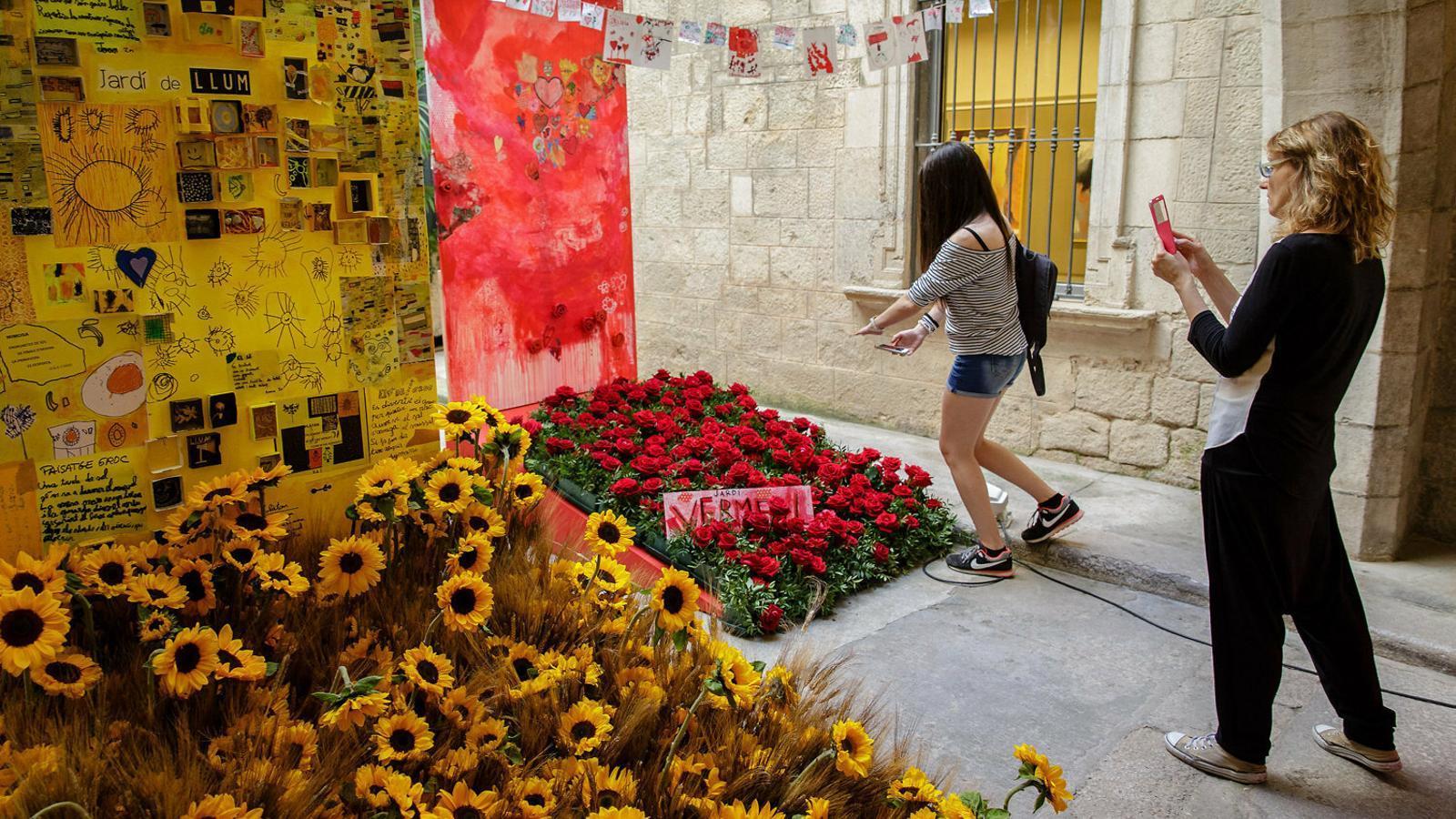 01. Temps de Flors a Girona. 02. Font decorada amb flors per a l'Ou com Balla del Museu Marès el dia de Corpus. 03. Catifes de flors a la Garriga.
